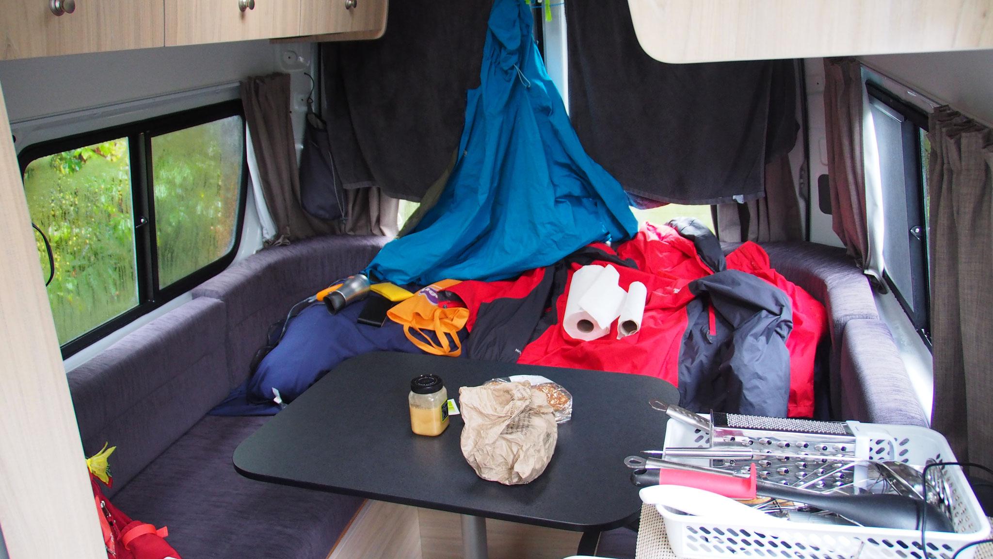 Trocken - Regenjacke hängt während der Fahrt  an der Wäscheleine