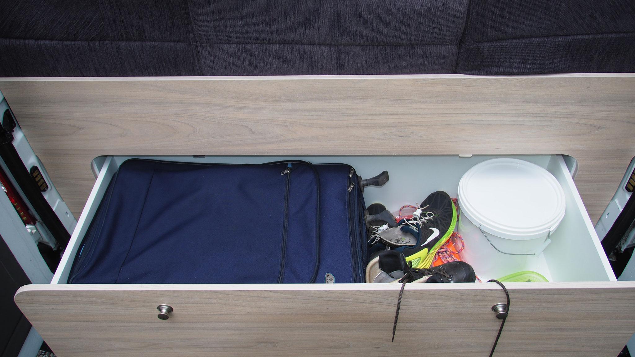 Genutzt - Der große Samsonite Koffer passt in die hintere Schublade