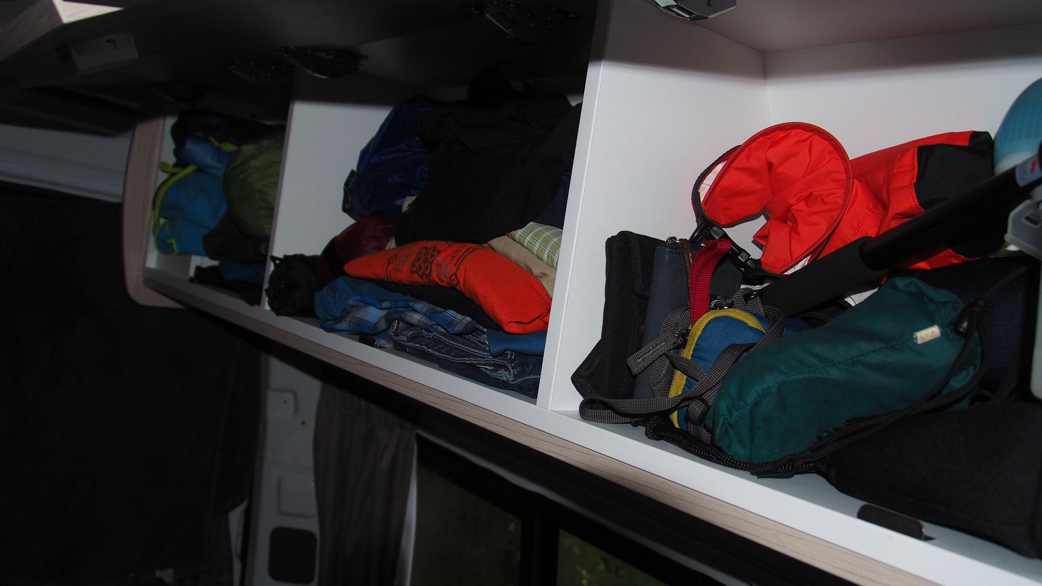 Aufgeräumt - Oberschränke dienen als kleiderschränke, ...