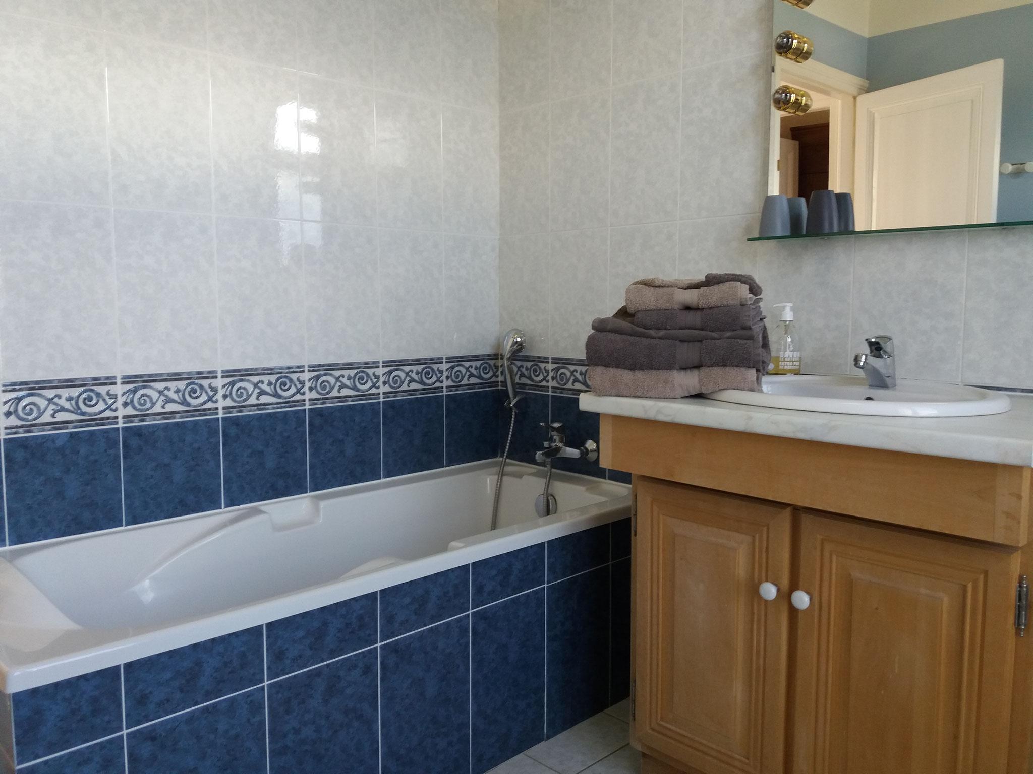 """Salle de bain privative de la chambre d'hôte familiale """"Les Oyats"""""""