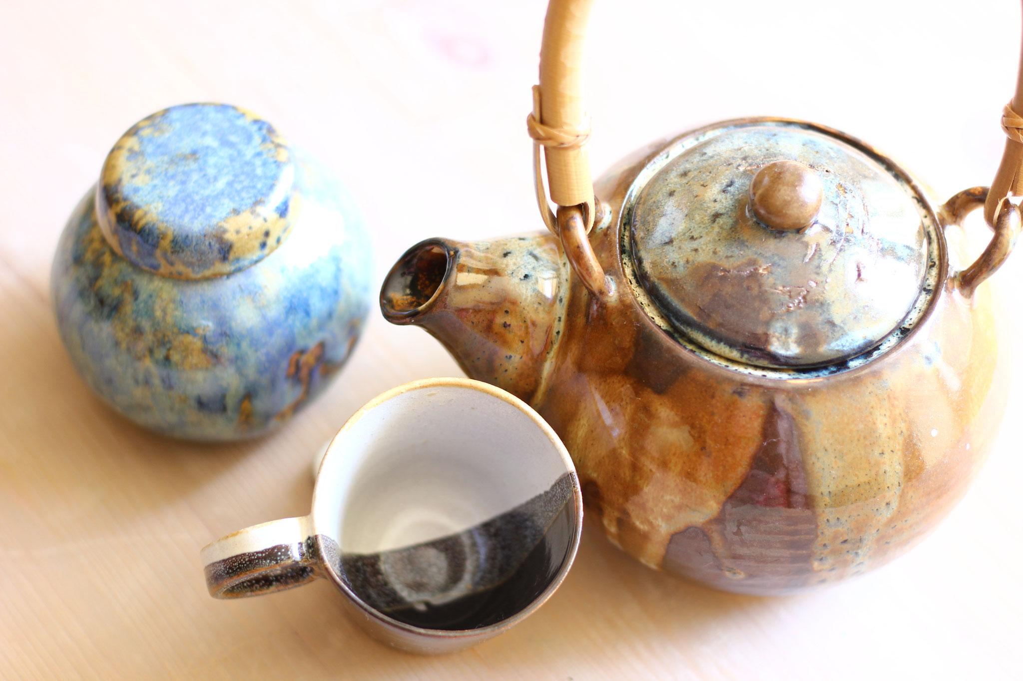 théière et tasse  réalisées et émaillées à l'atelier  terra manusia