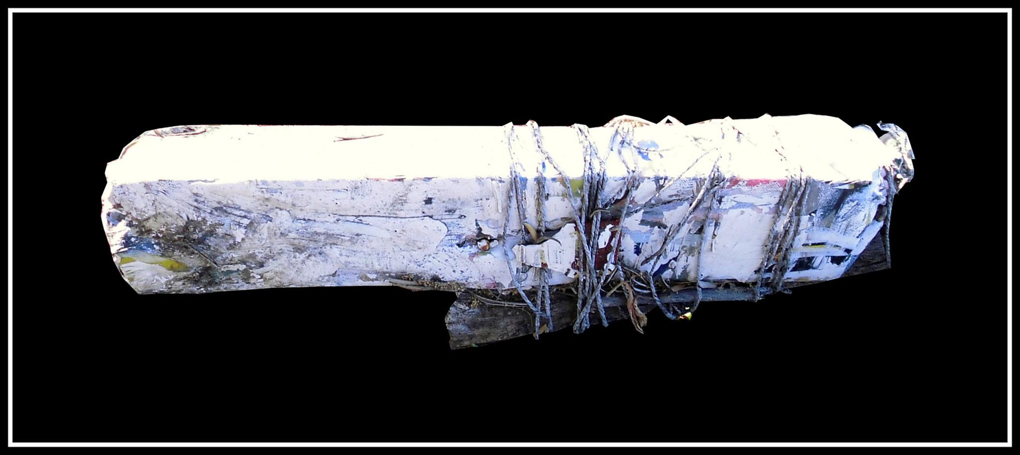 """""""Schwerer Verbund"""" Werkverzeichnis 7. Ohne Datum entstanden während des Balkankrieges ca. 1995. In bemalte Leinwand eingewickeltes Brennholz, weiteres Brennholzstück mit Schnüren an Vorstehendem befestigt. Maximale Länge 65,0 cm."""