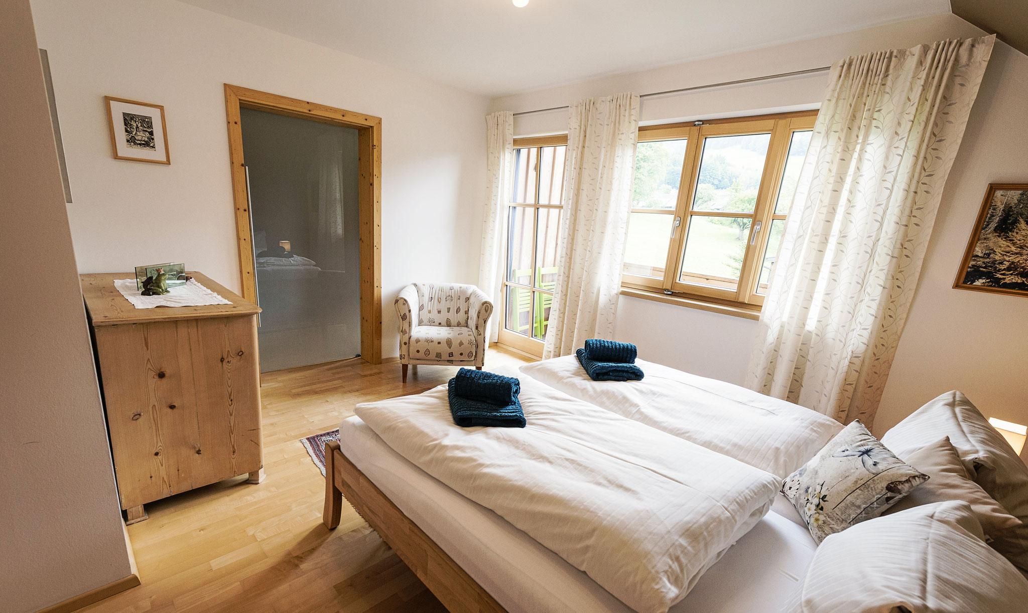 erstes Schlafzimmer mit begehbarem Schrank
