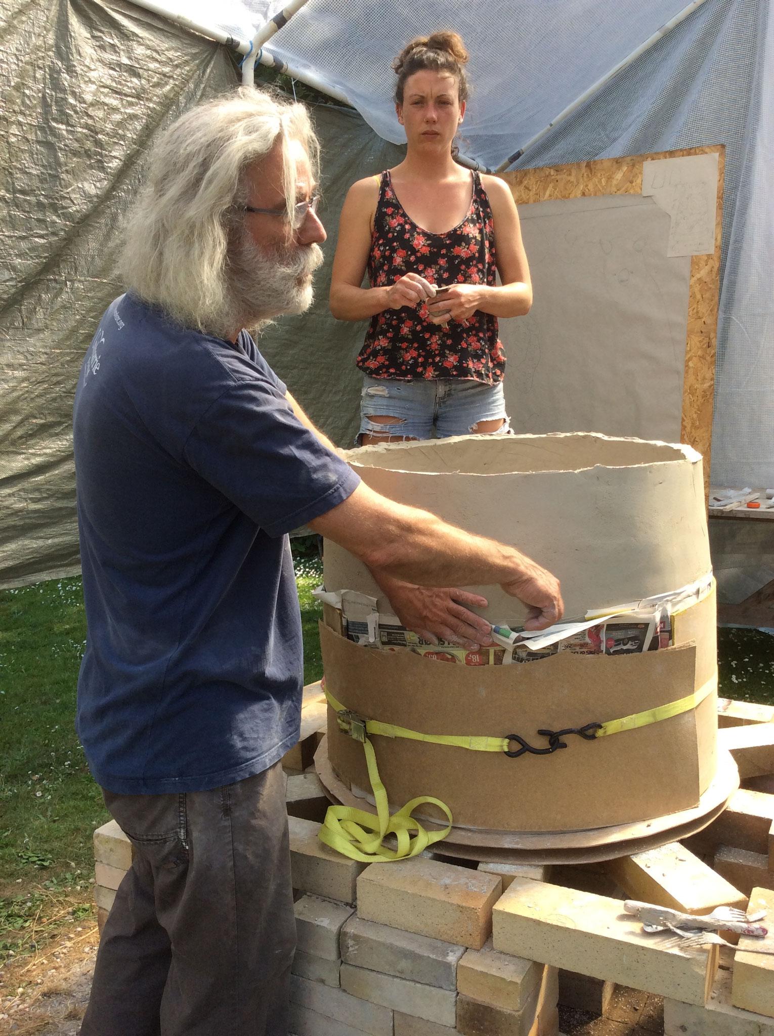 Andres Allik und Hattie Thomas beim Bau der Feuerskulptur