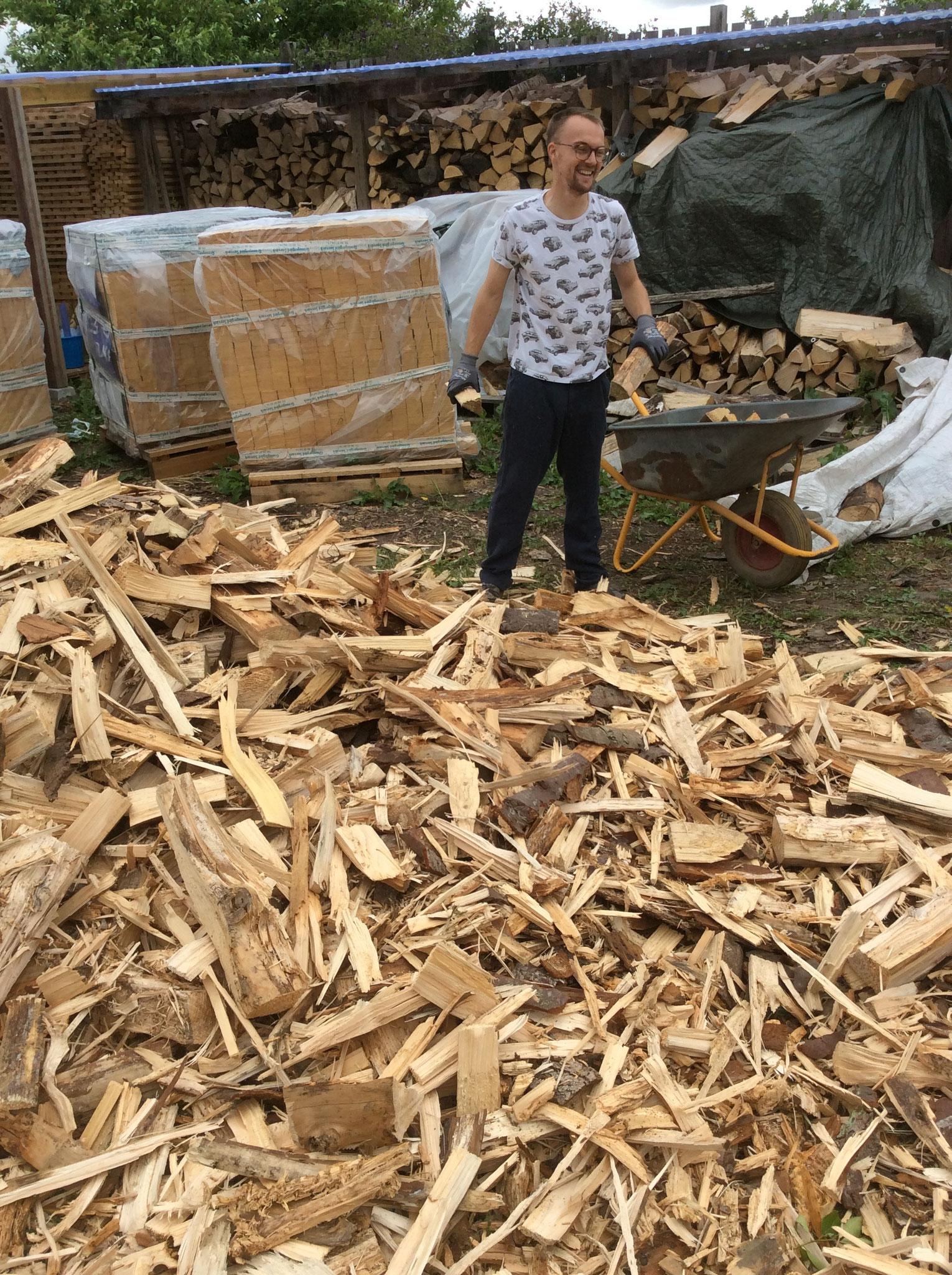 Benjamin Clemens beim Holzstapeln