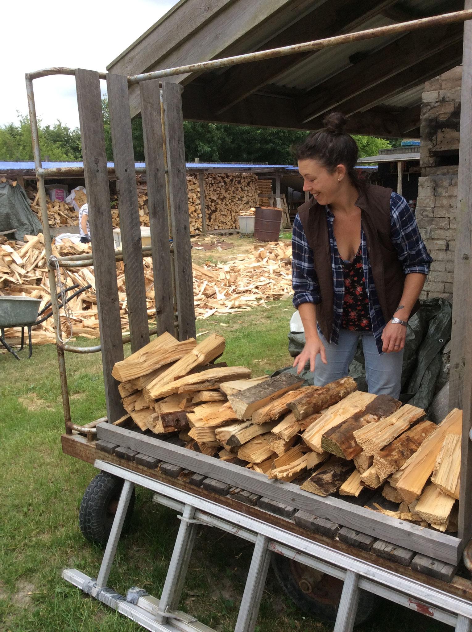 Hattie Thomas beim Holzstapeln