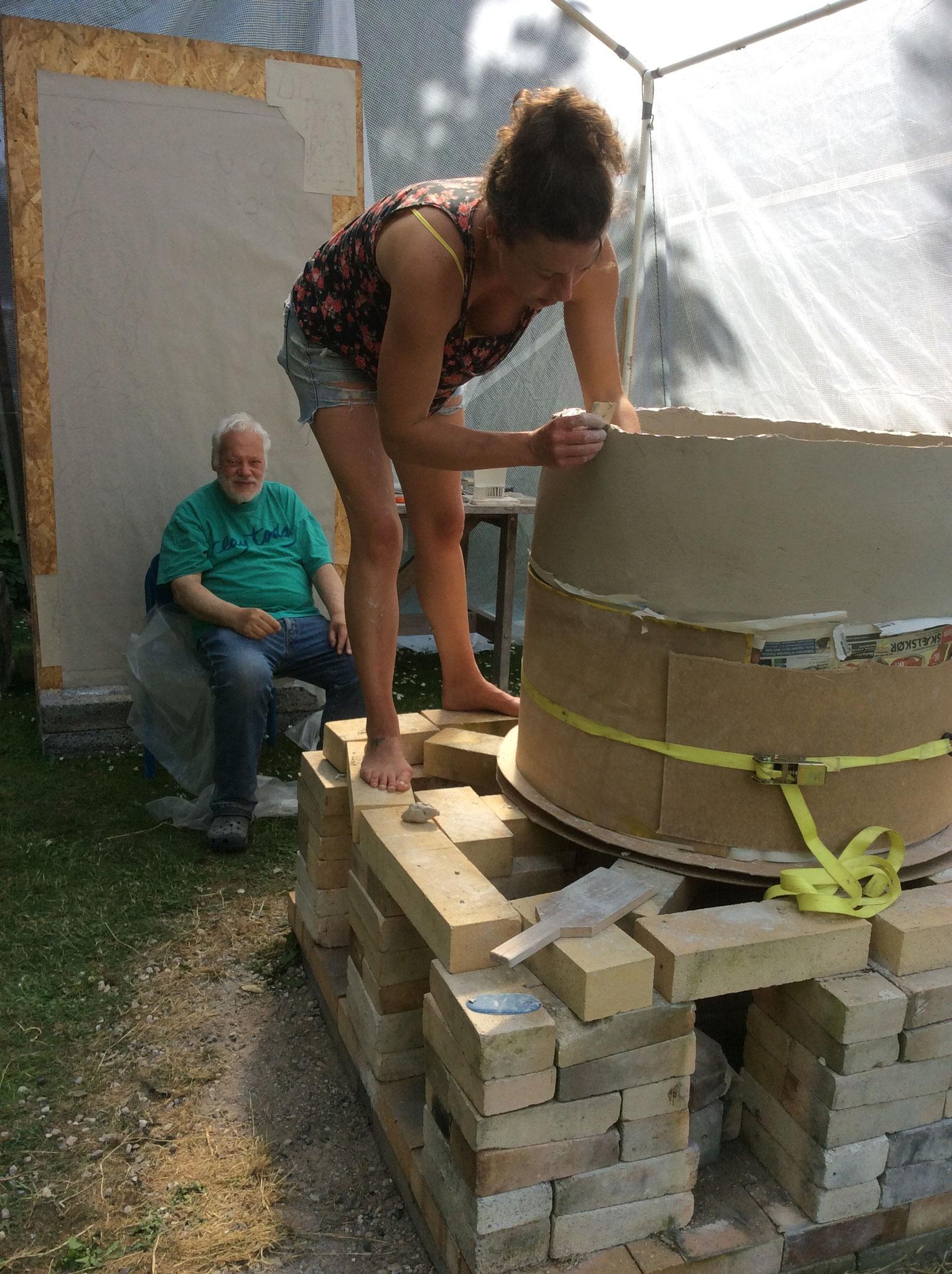 Hattie und Sten beim Bau der Feuerskulptur