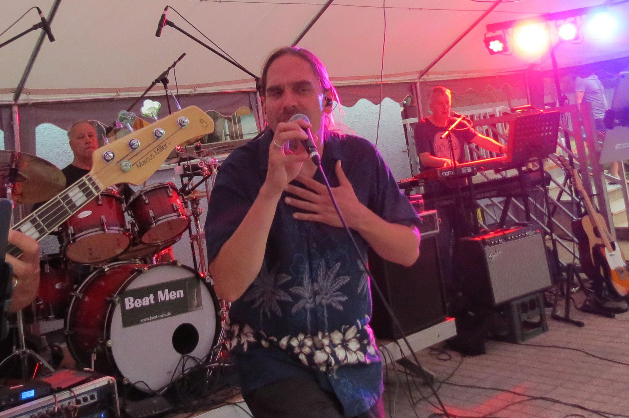 Frontman Matze heizt ein