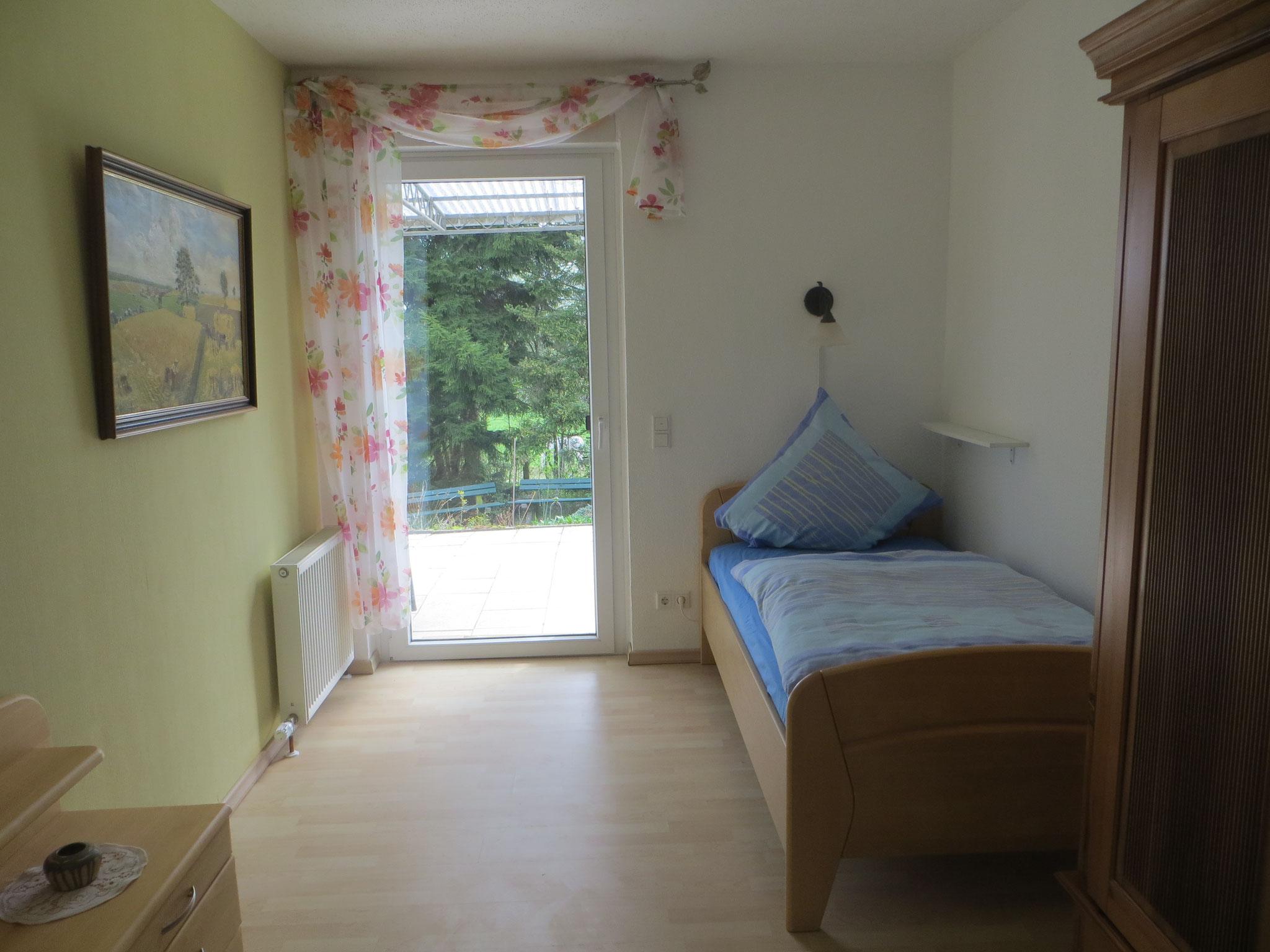 2. Schlafzimmer mit Durchgang zur Terrasse