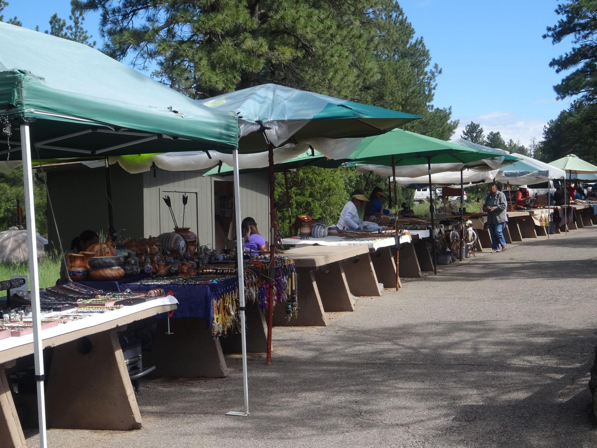 ネイティブアメリカンの工芸品が並ぶ露店