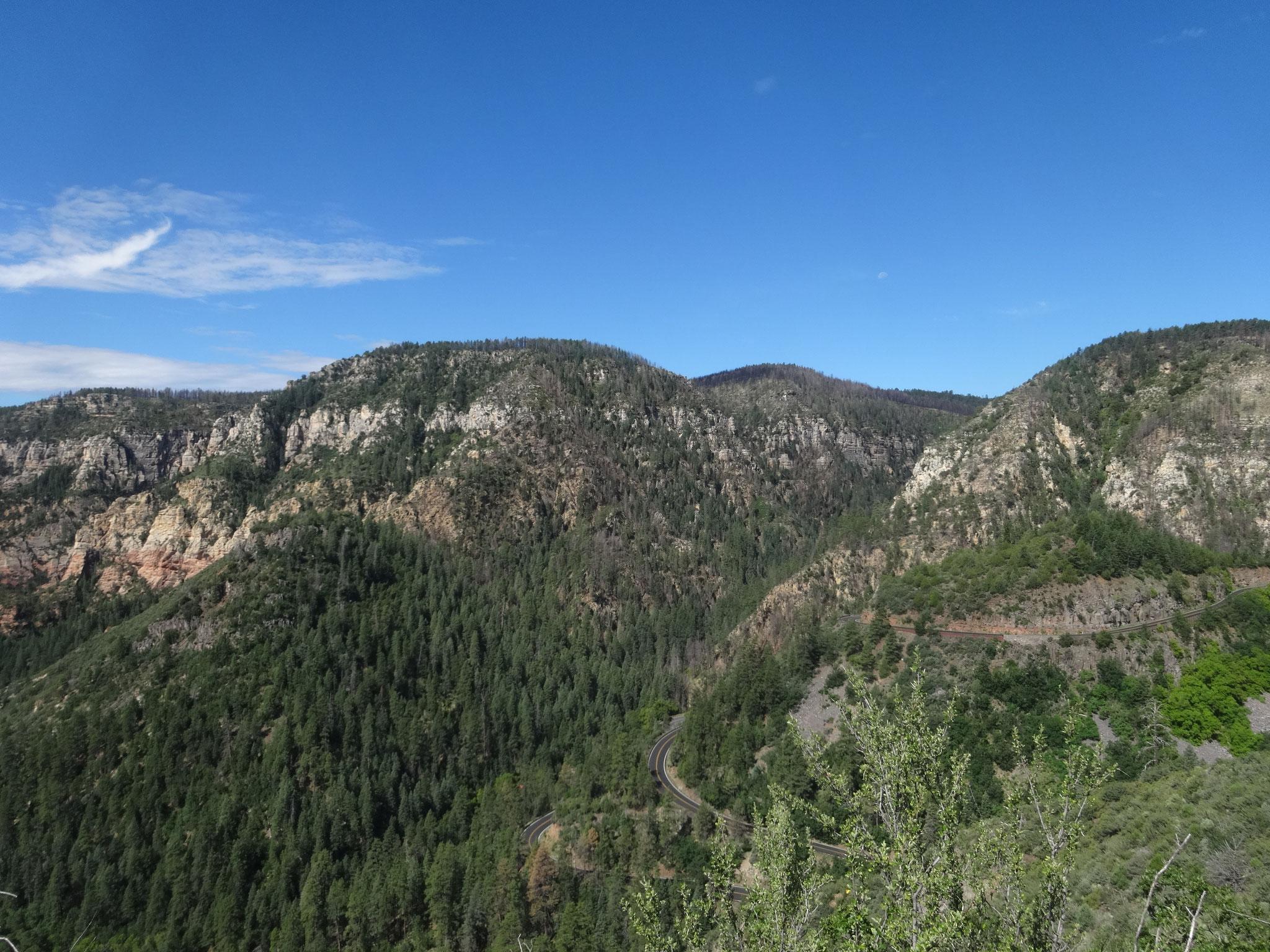 標高2,000M地点から眺めるオーククリークキャニオン