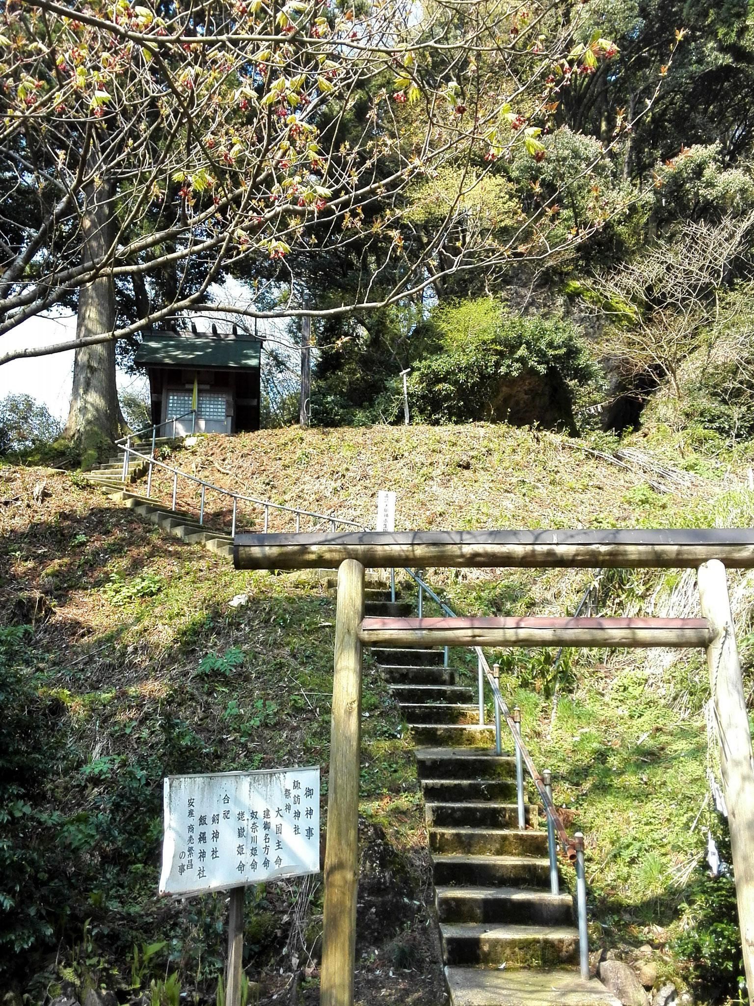 岩殿山明静院。境内の奥に岩屋があり、ここが姥嶽。この姥嶽はかつては修験道場。
