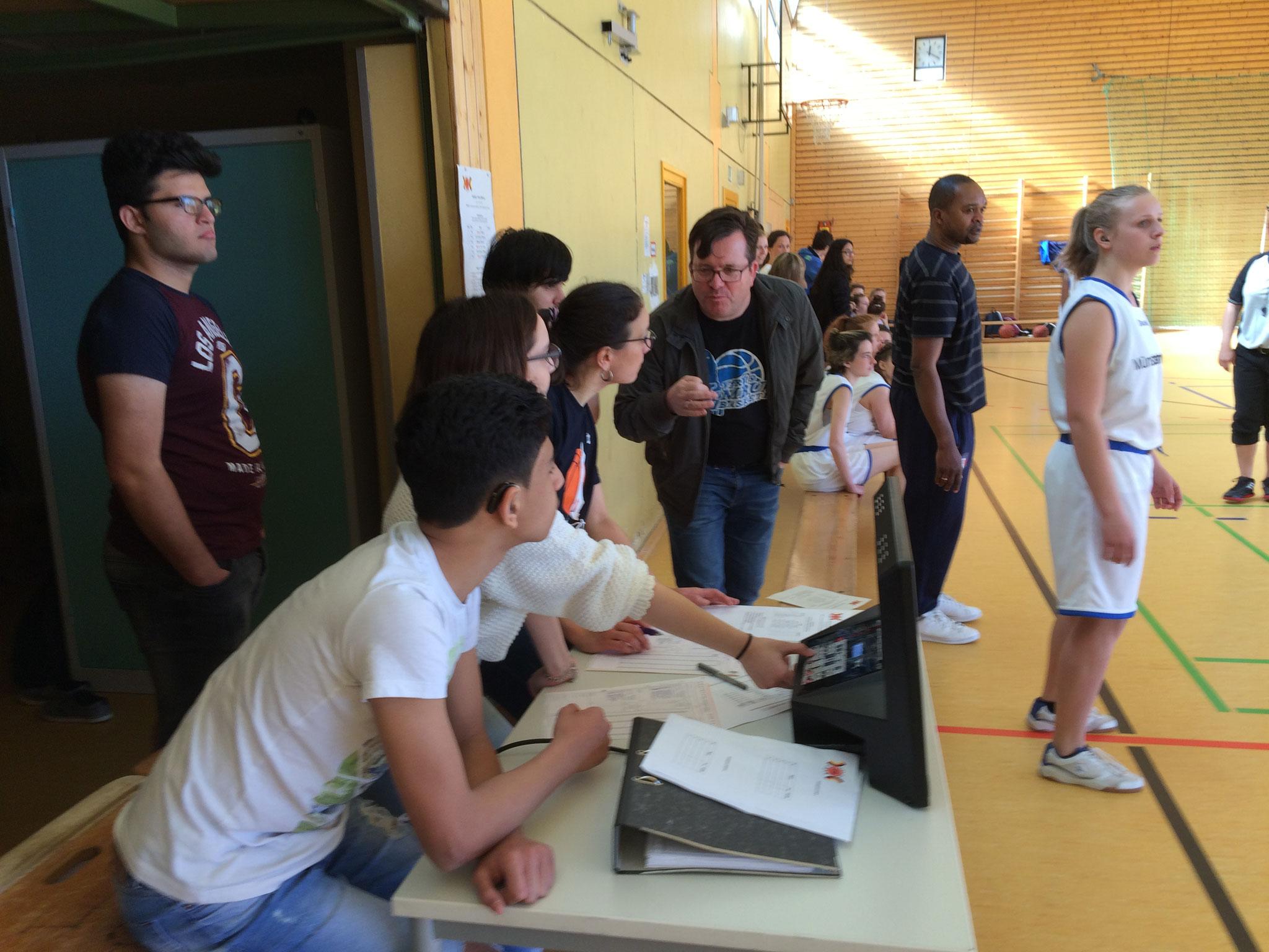 Frau Piplow managt mit ihren Potsdamer Schülern das Anschreiben