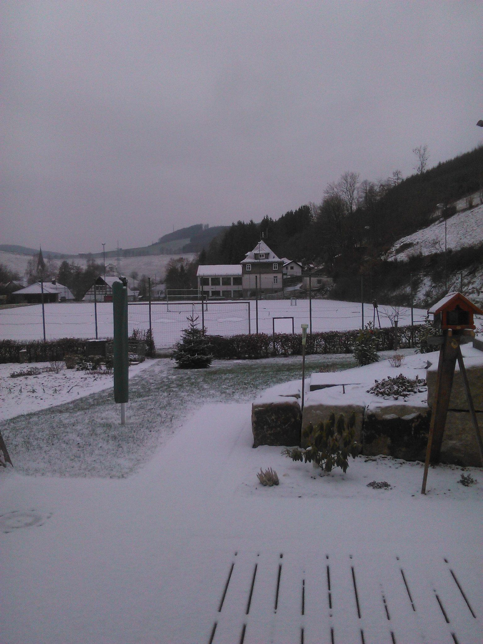 Gerhard Plugge - Alte Schule und Sportplatz im Winter - Dezember 2018