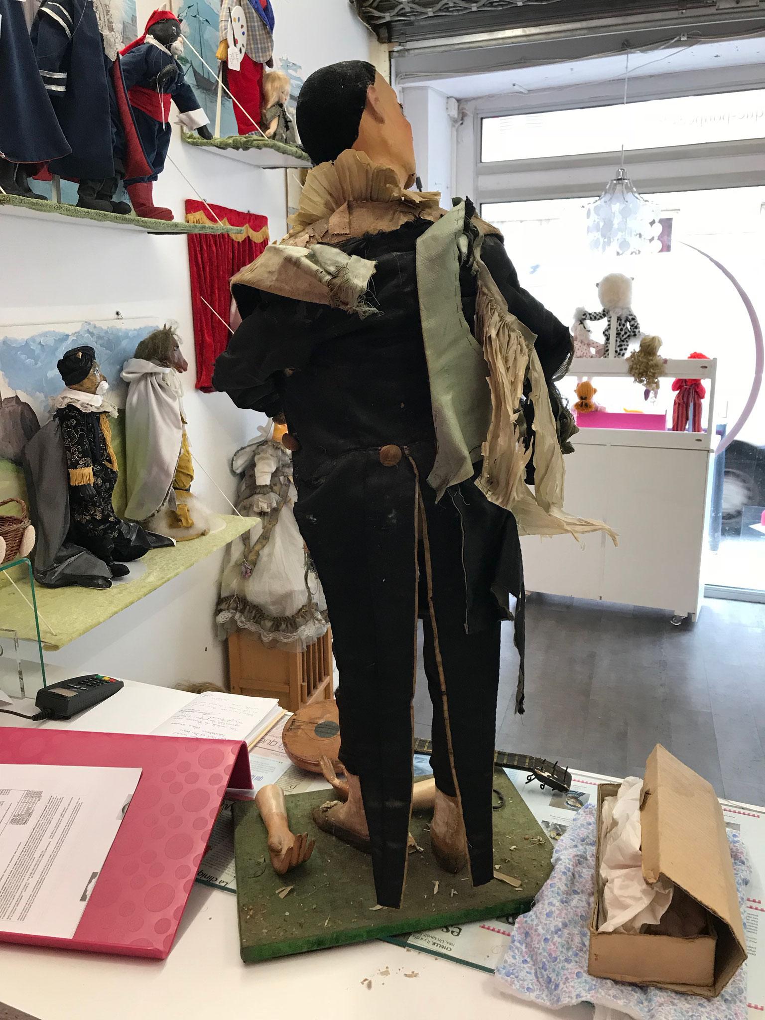 Arrivée L'automate Pierrot à La clinique des poupées à Bordeaux www.reparation-poupees-ours.fr