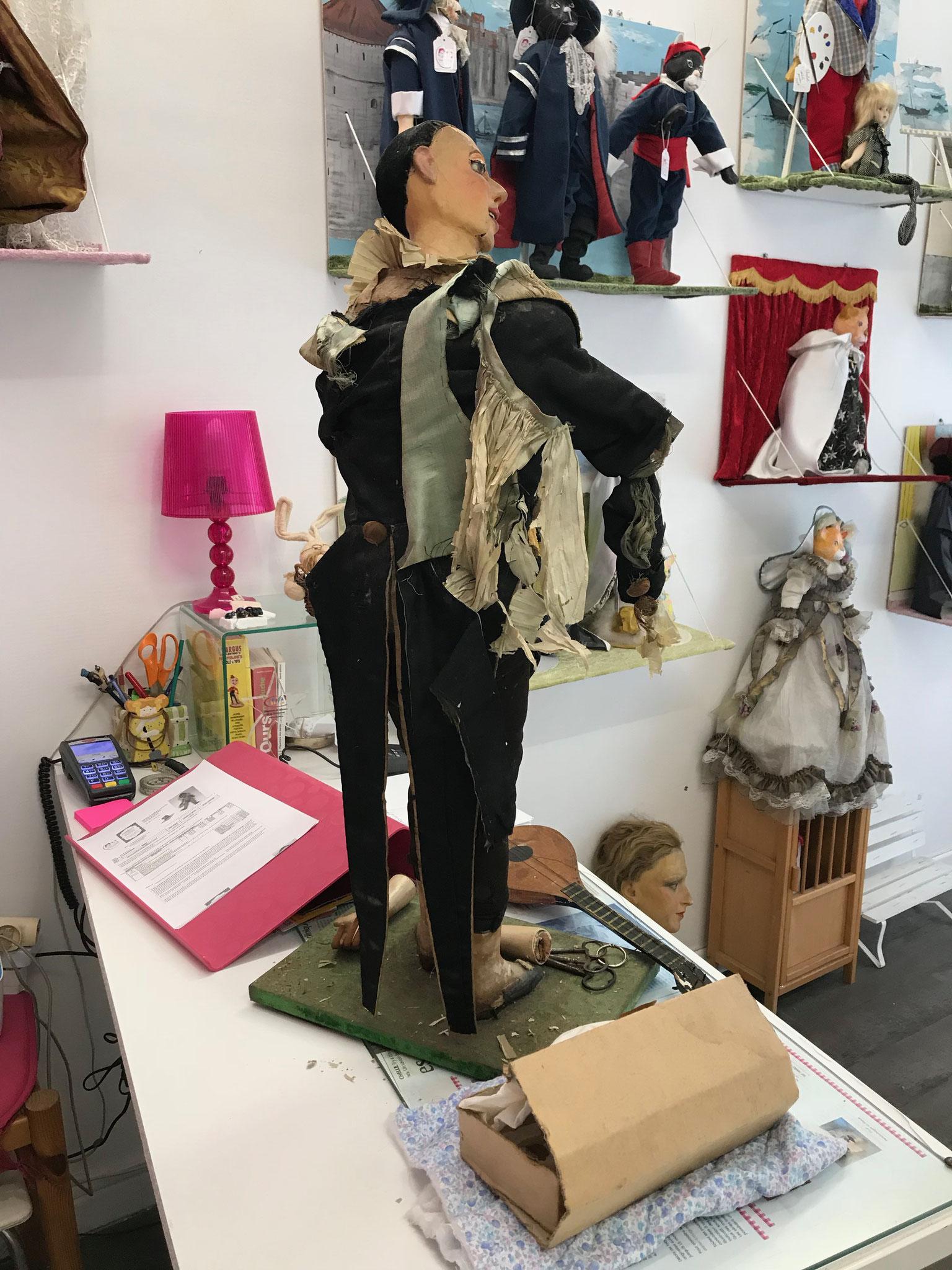 1/Arrivée L'automate Pierrot à La clinique des poupées à Bordeaux www.reparation-poupees-ours.fr