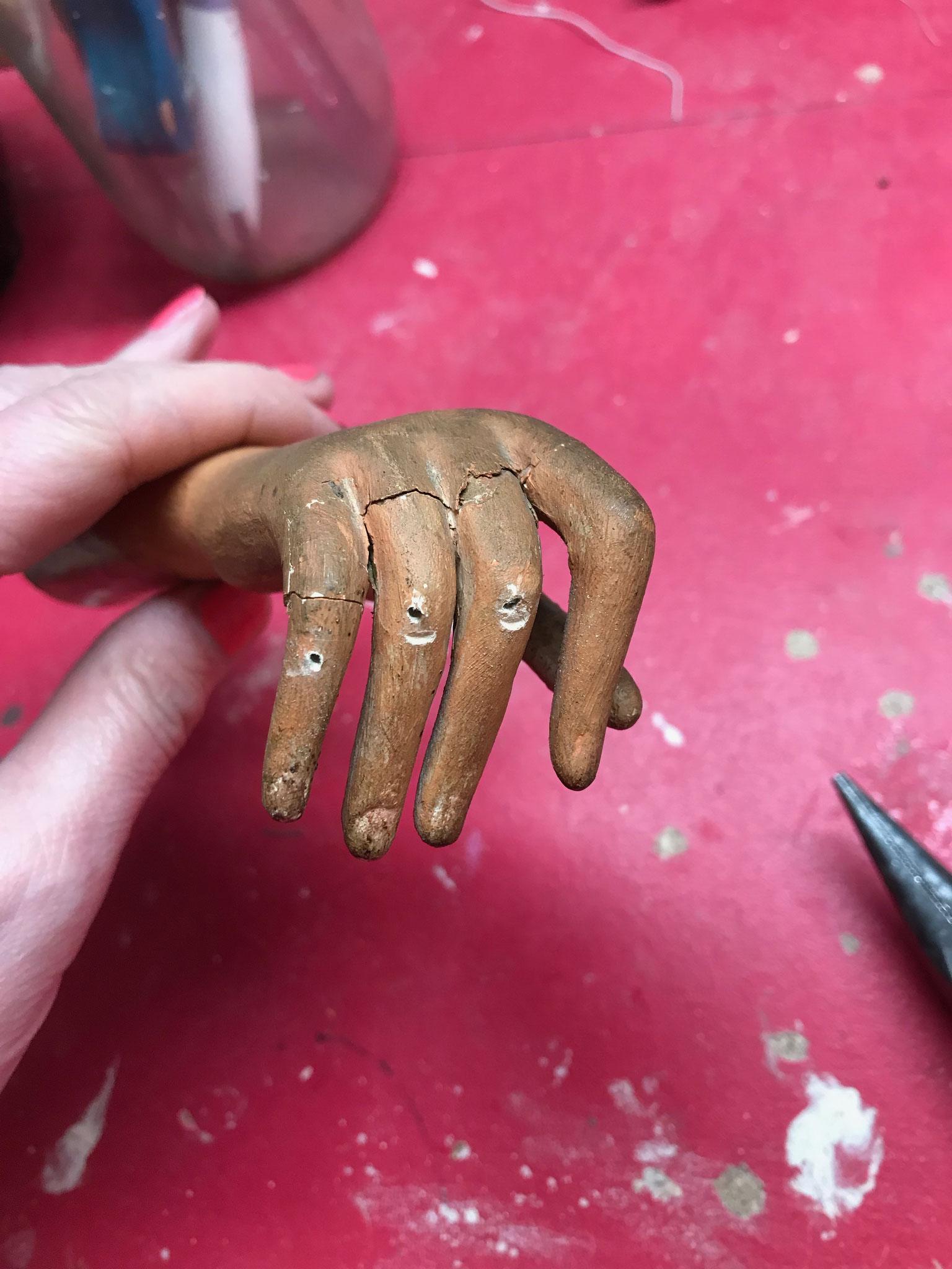 mains très abîmée Arrivée L'automate Pierrot à La clinique des poupées à Bordeaux www.reparation-poupees-ours.fr