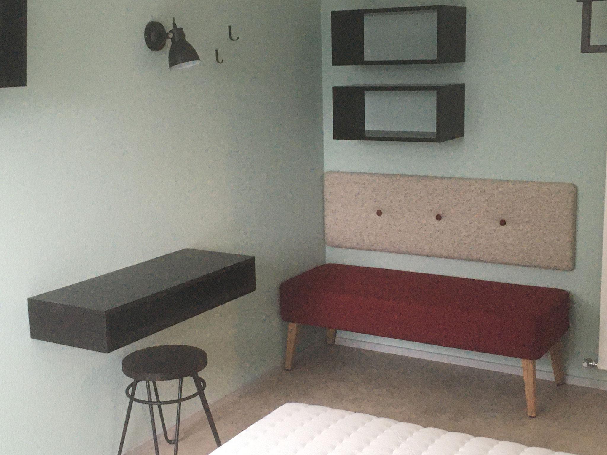 Sitzbank, gepolstert mit passender Rückenlehne & schwarze Ablageflächen