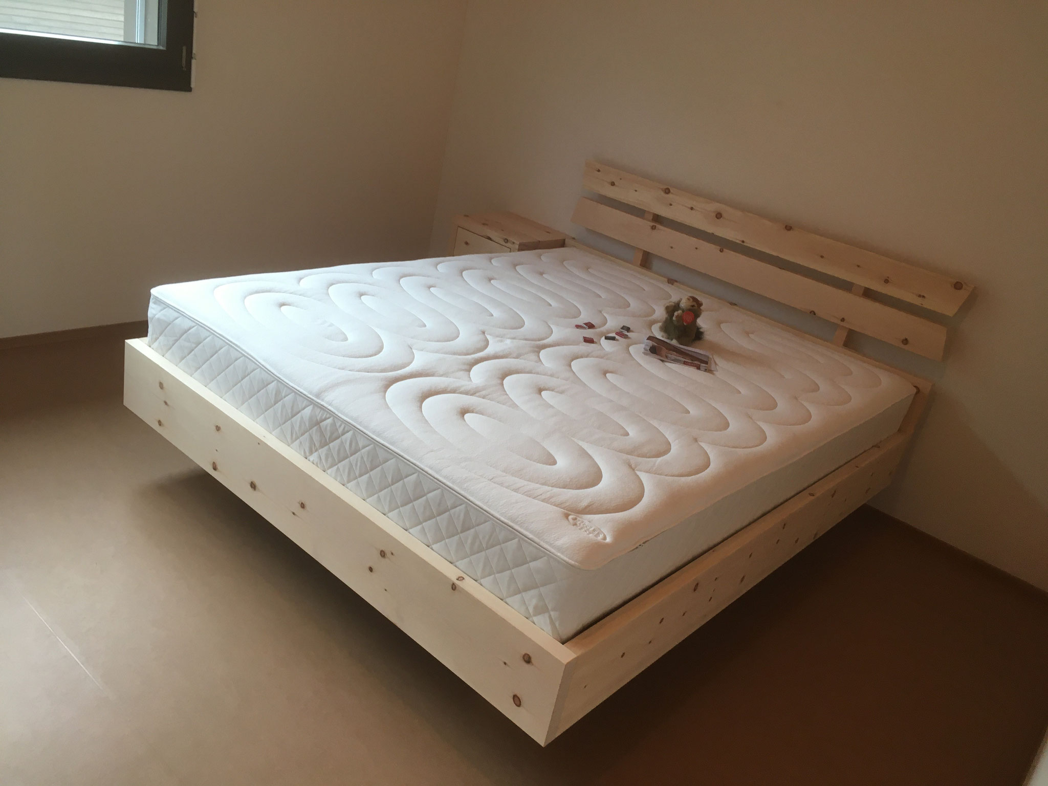 Arvenbett mit dem kompakten Designa Bettinhalt