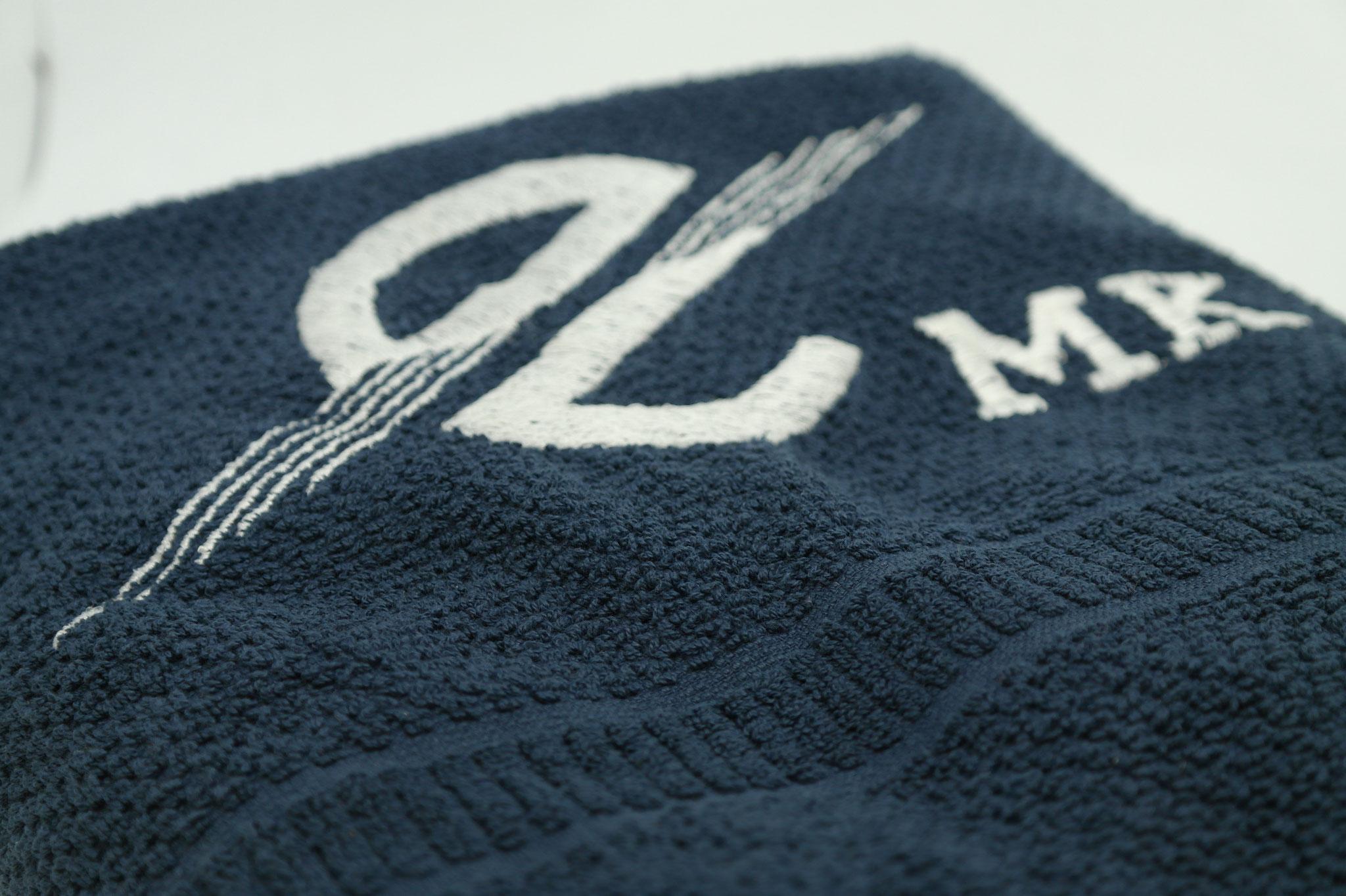 gestickte Handtücher mit Vereinsname, Logo, Trikotnummer oder Initialen
