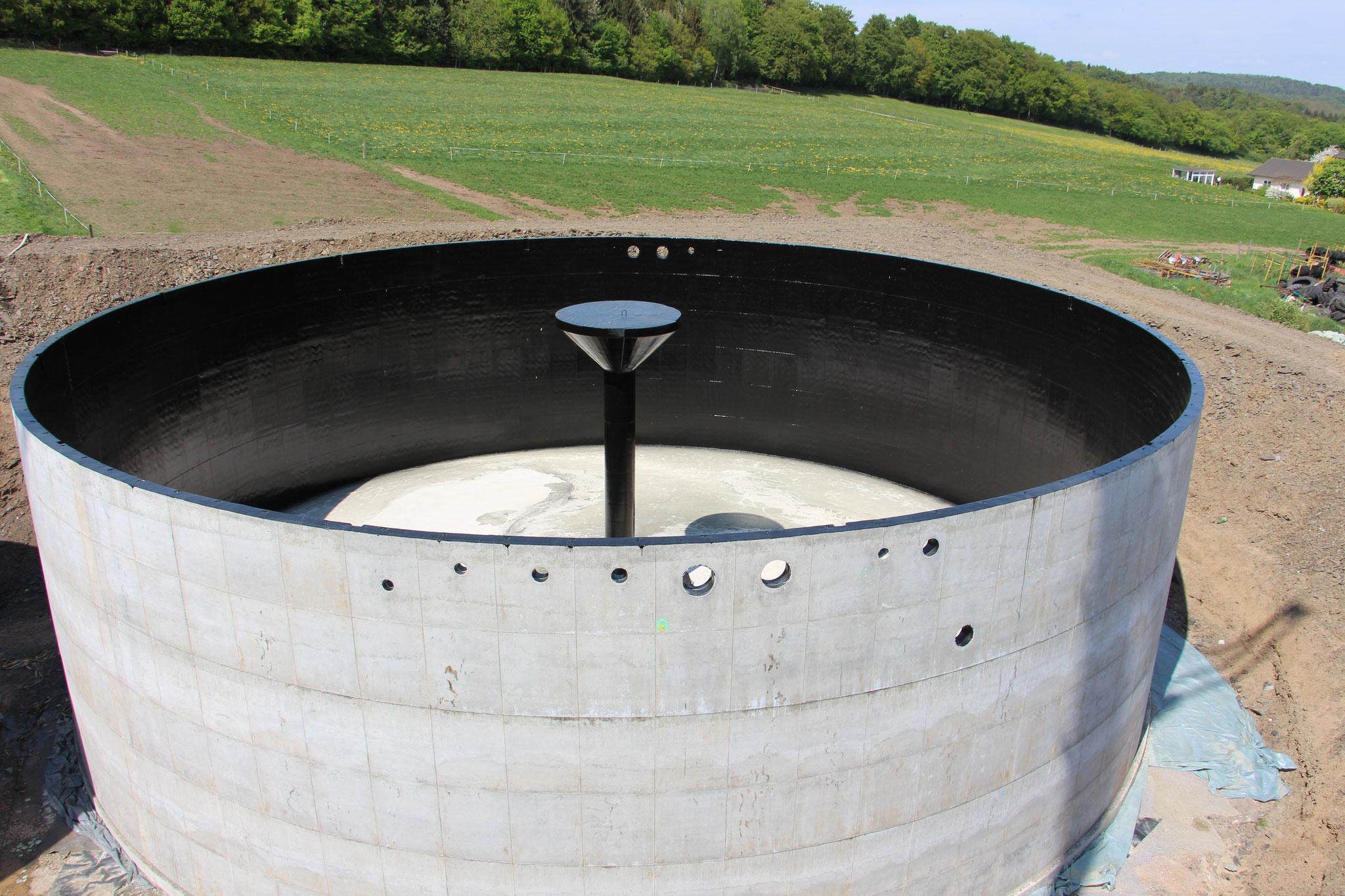 Der fast fertige Fermenter mit der Vorrichtung für das Rührwerkt.