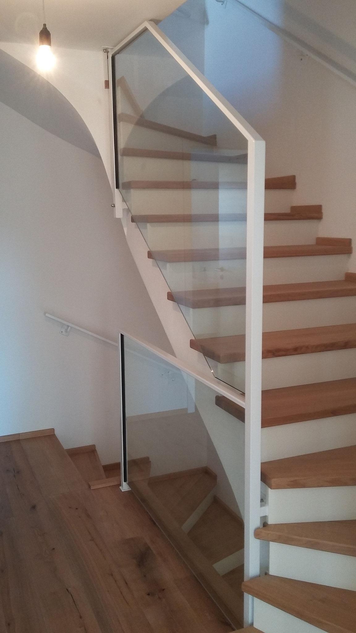 filigranes Treppengeländer mit Glasfüllung für beengte Treppenläufe