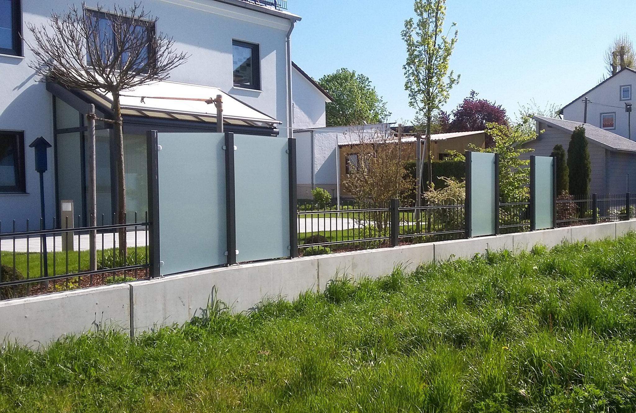 Zaun mit Sichtschutzelementen aus Glas