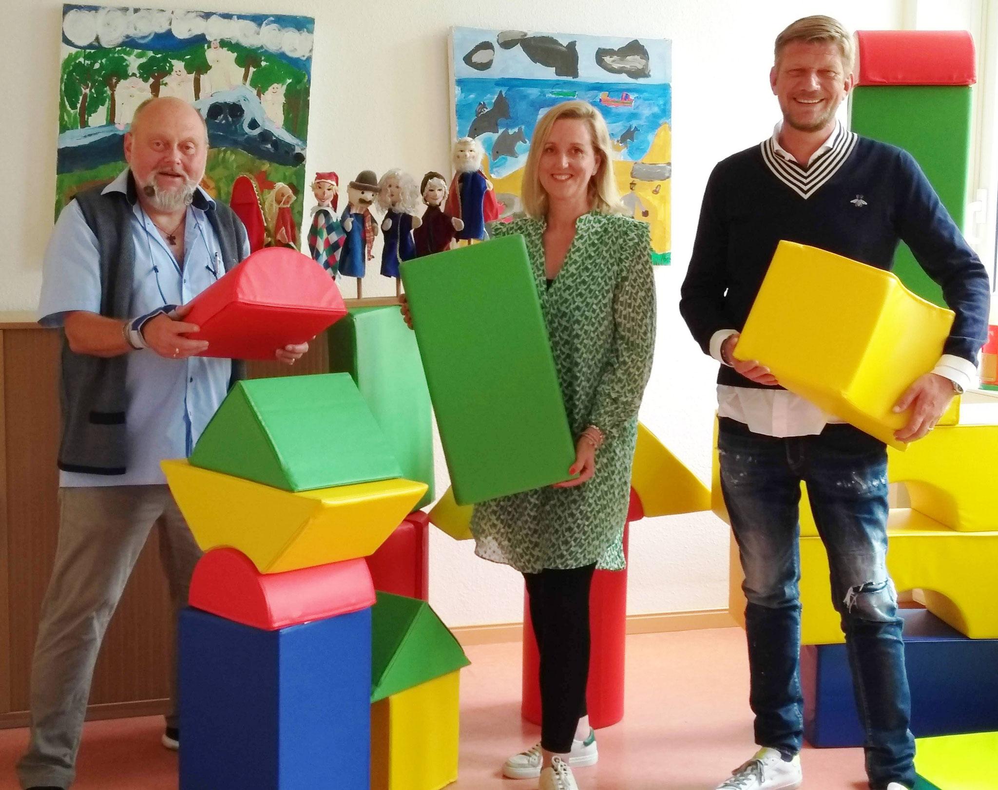 Michael Riemer, Simone Thedens und Thorsten Quarg freuen sich über die bunten, weichen Bausteine