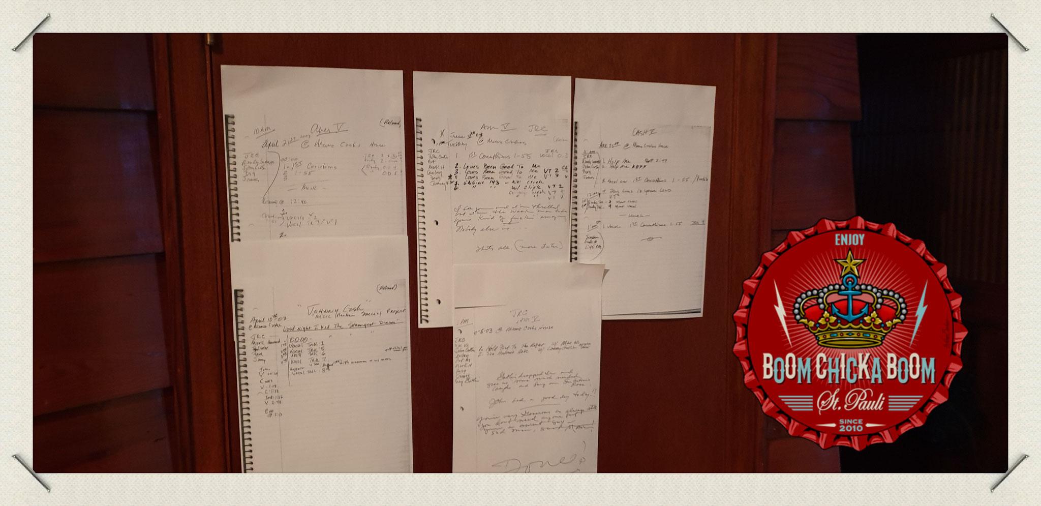 Johnnys Notizen, Songtexte und Noten hingen im ganzen Haus verteilt an den Wänden.