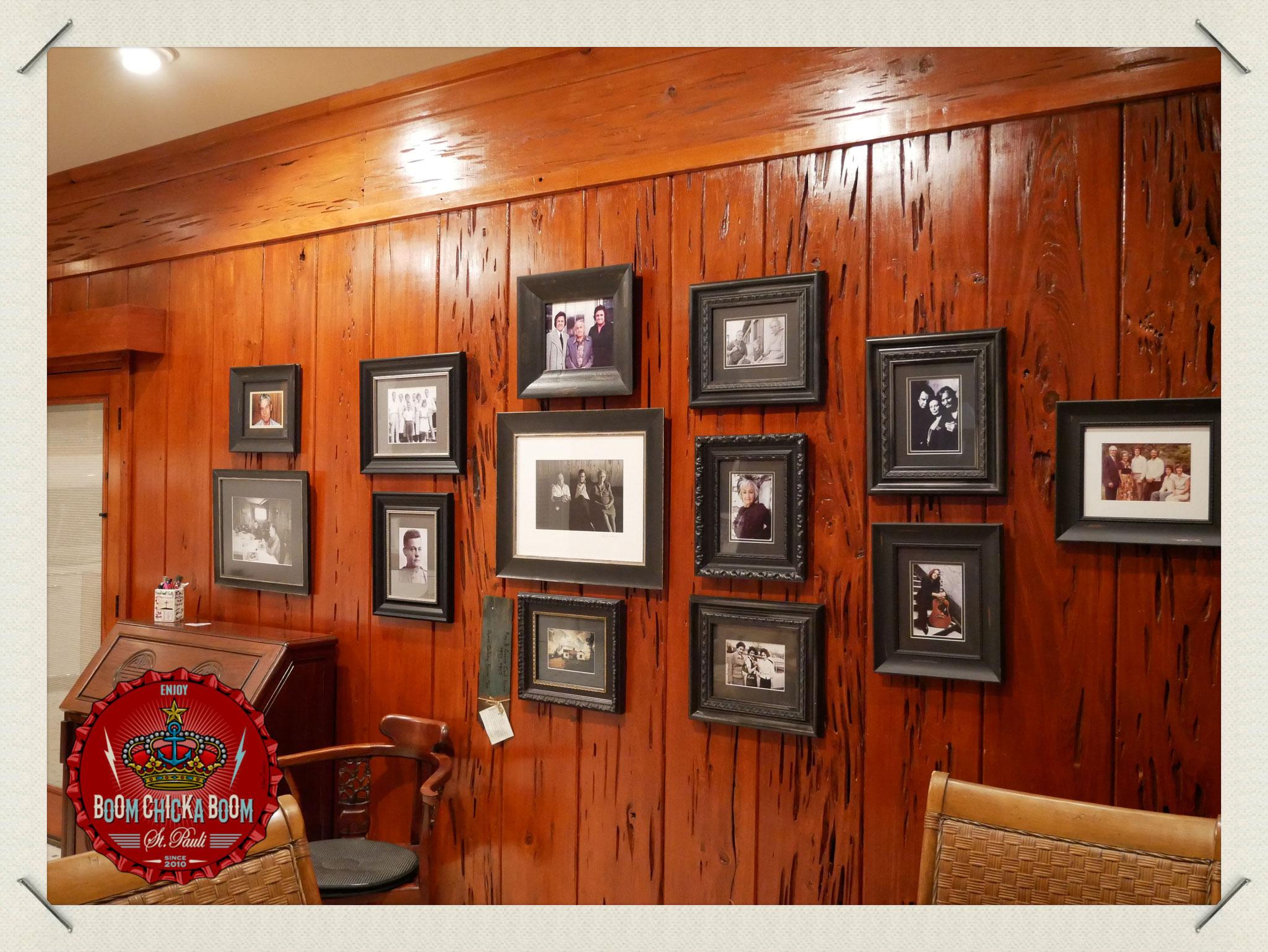 Hunderte von privaten Fotos hingen an den Wänden.