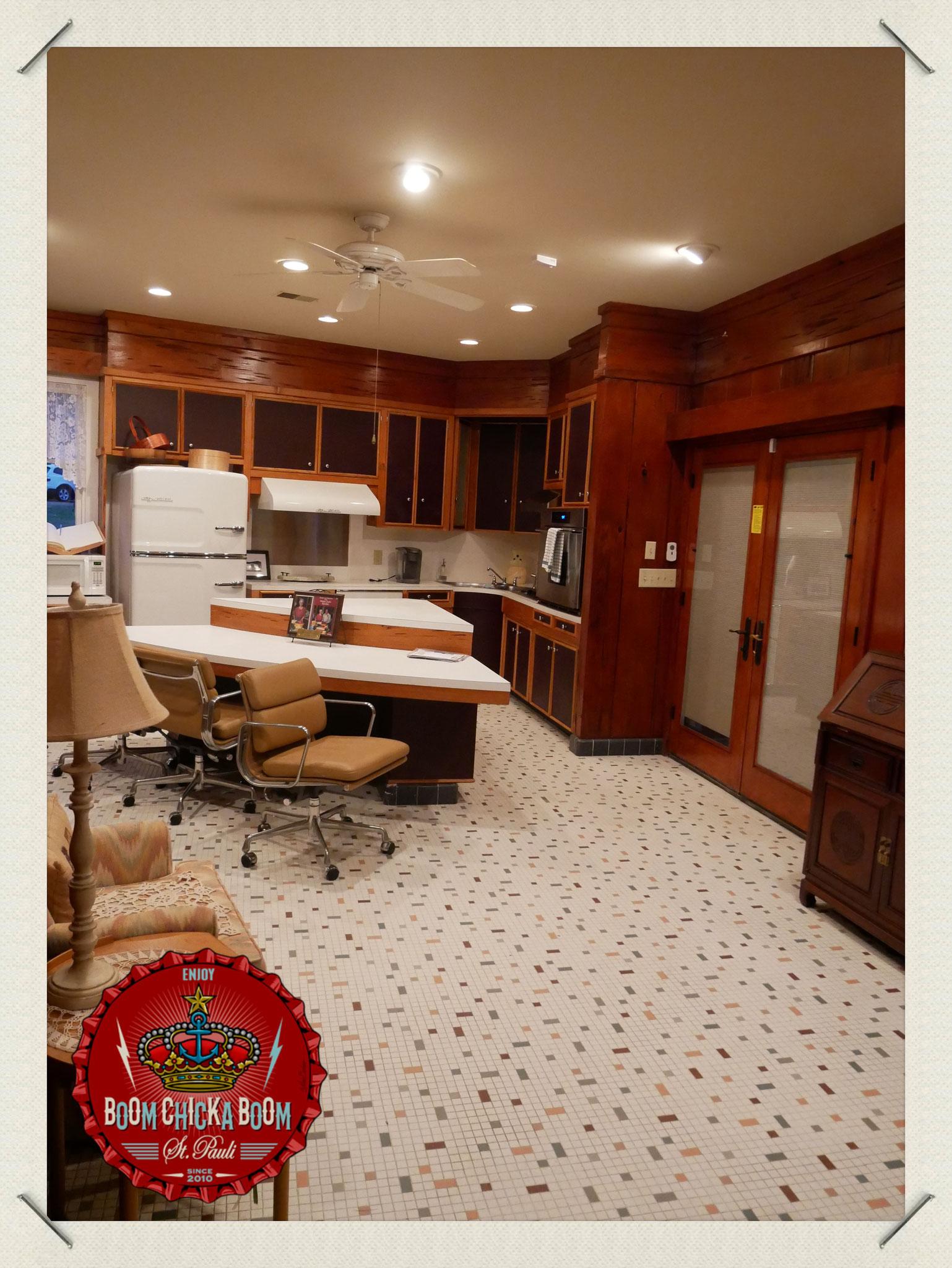 Man kommt in die Küche und zählt die vielen Mosaike auf dem Boden.