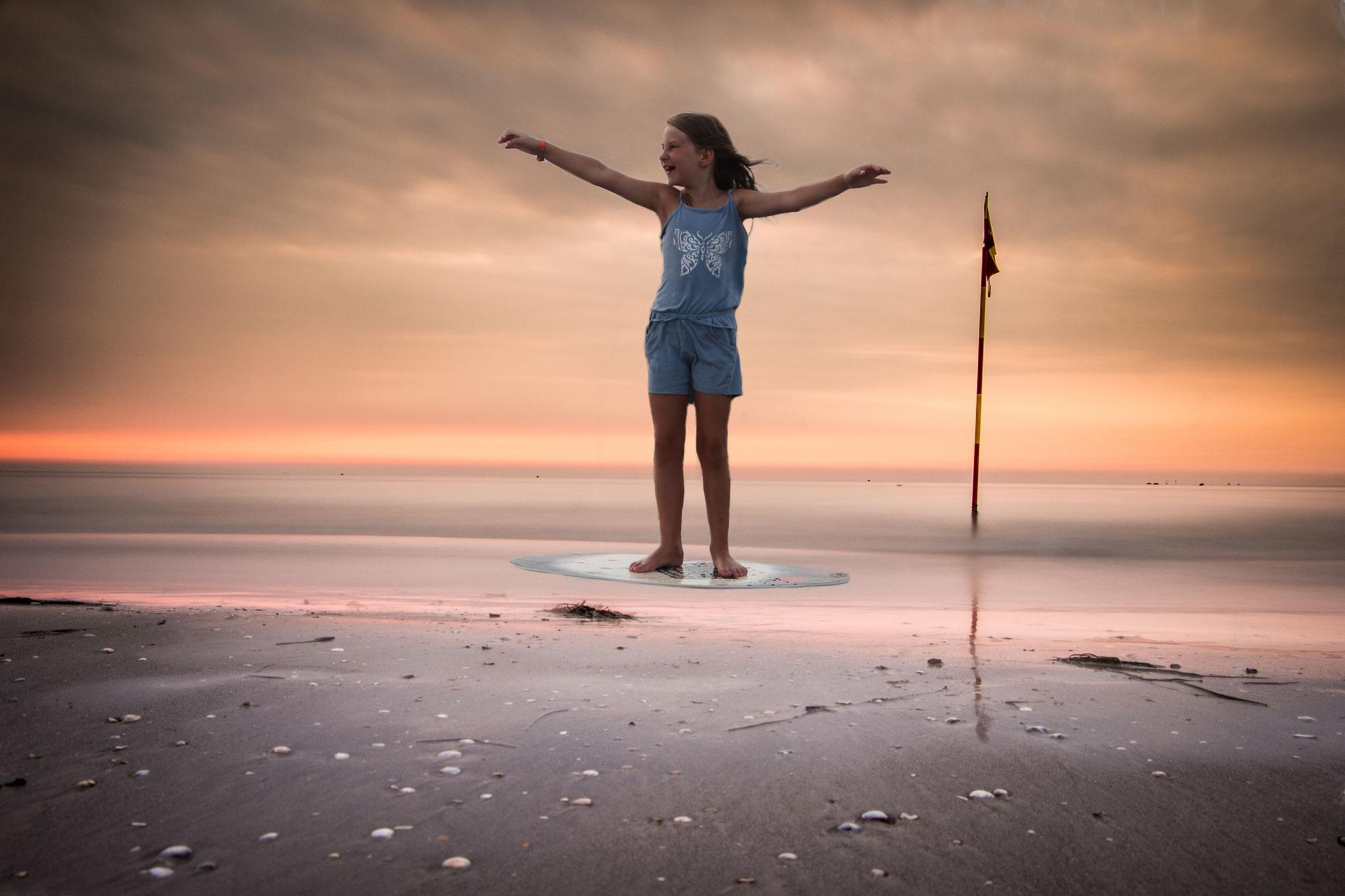 Samia als Surfer