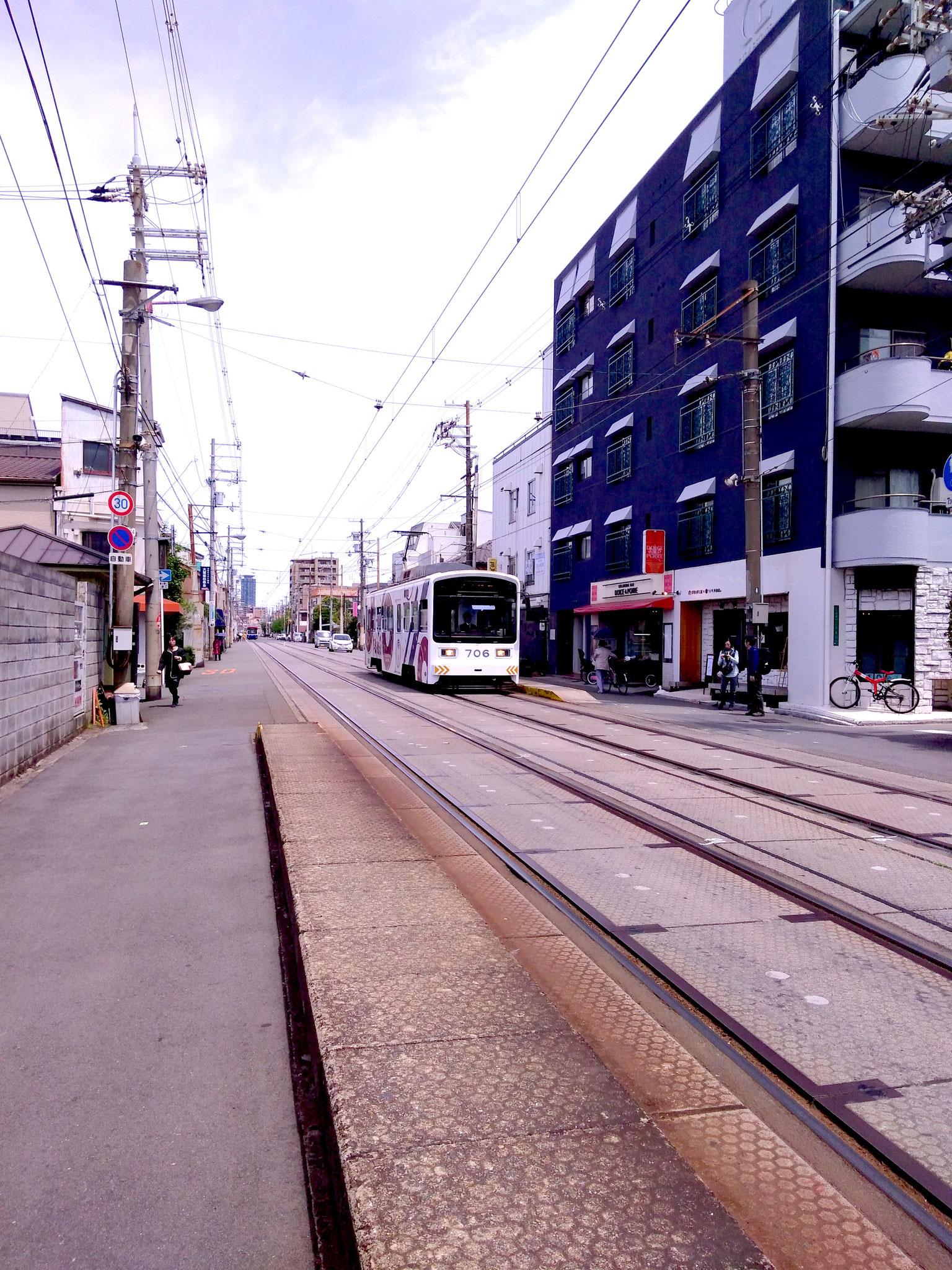 駅に電車が到着 おりたら左へ