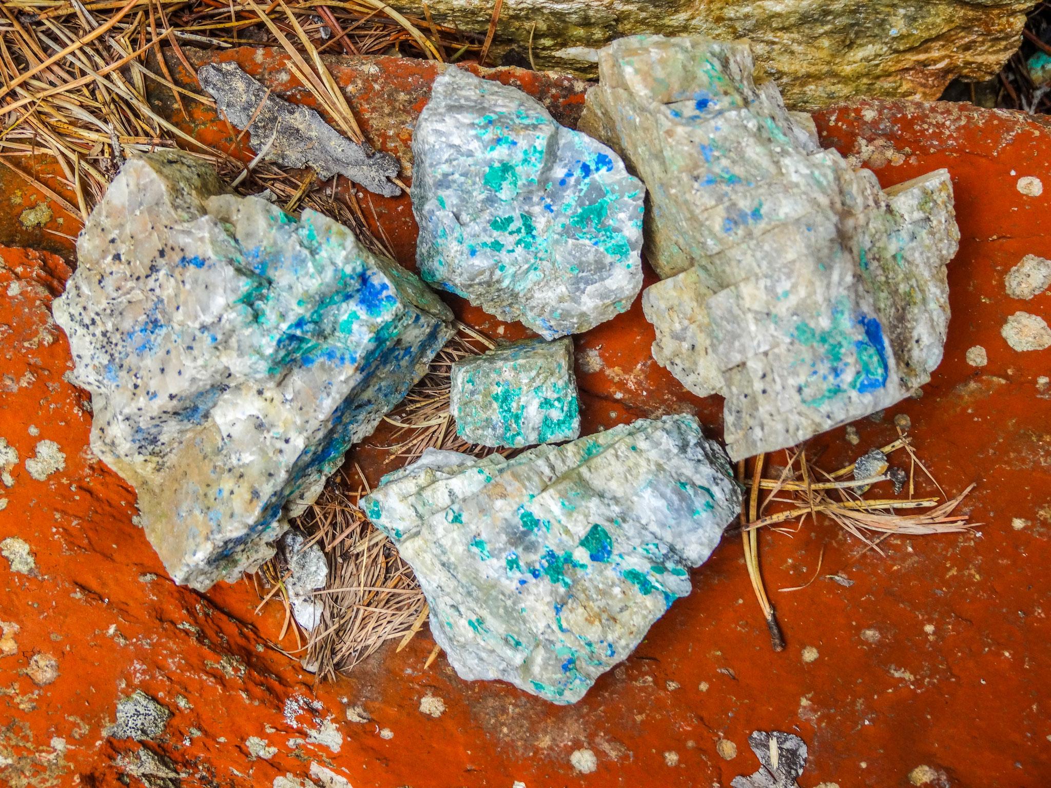 Blau und grün gefärbte Steine, Azurit und Malachit (Foto: Bruno Riedhauser)