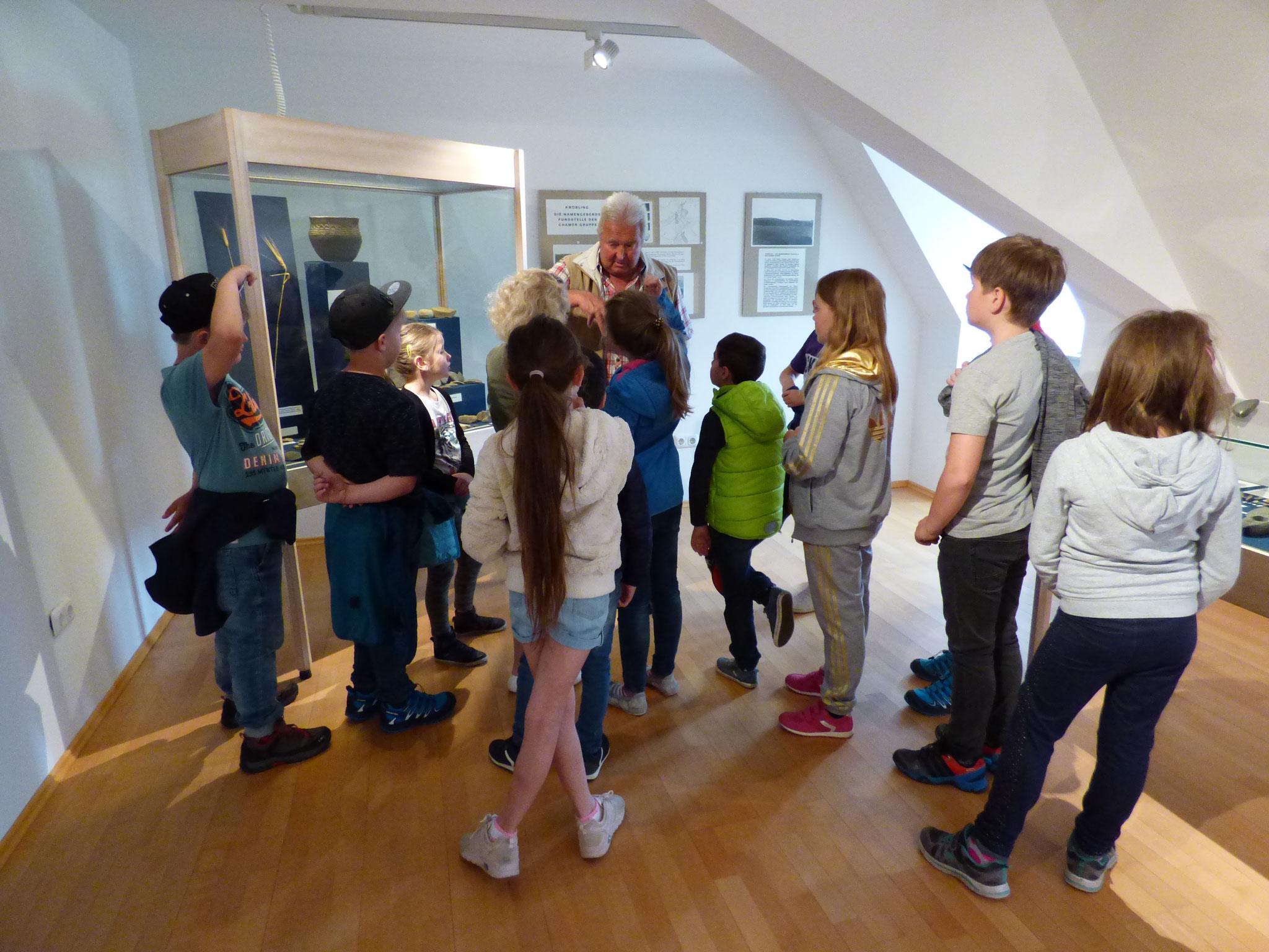 Fachkundig erklärte er alle geschichtlichen Zusammenhänge so, dass die Fundstücke der Ausstellung für die Kinder eine Bedeutung erlangten.