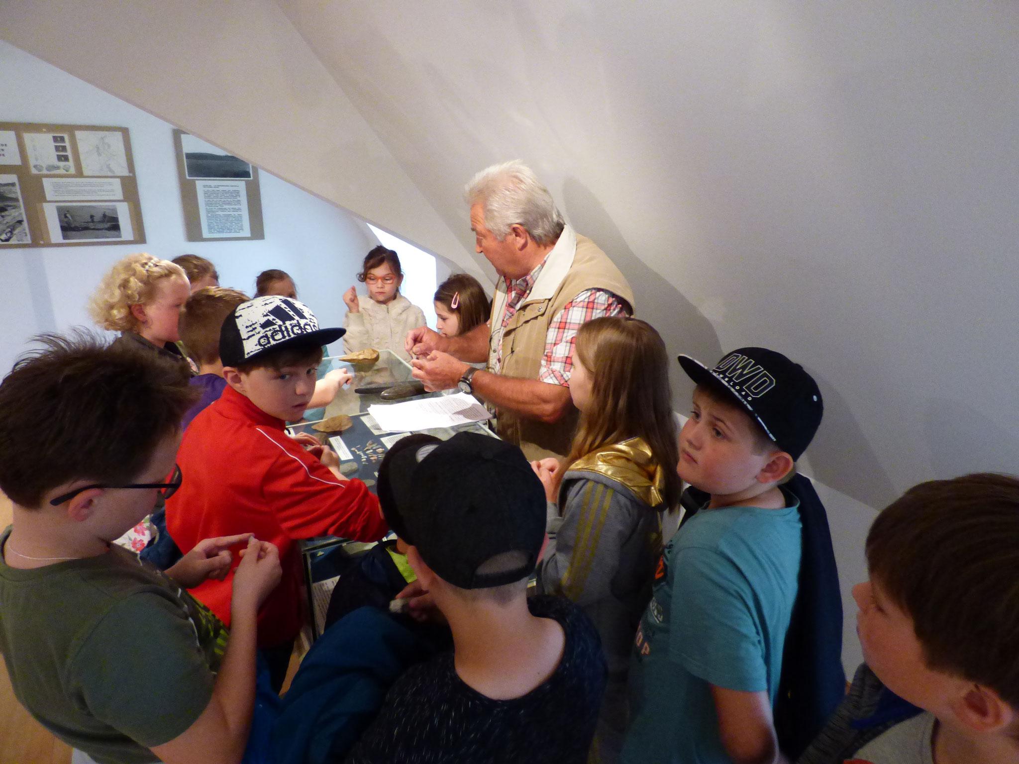 Die Schülerinnen und Schüler der dritten Klasse verlegten ihren Heimat- und Sachunterricht ins Cordonhaus Cham. Dort trafen sie auf den ehemaligen Waffenbrunner Lehrer Walter Köppel.