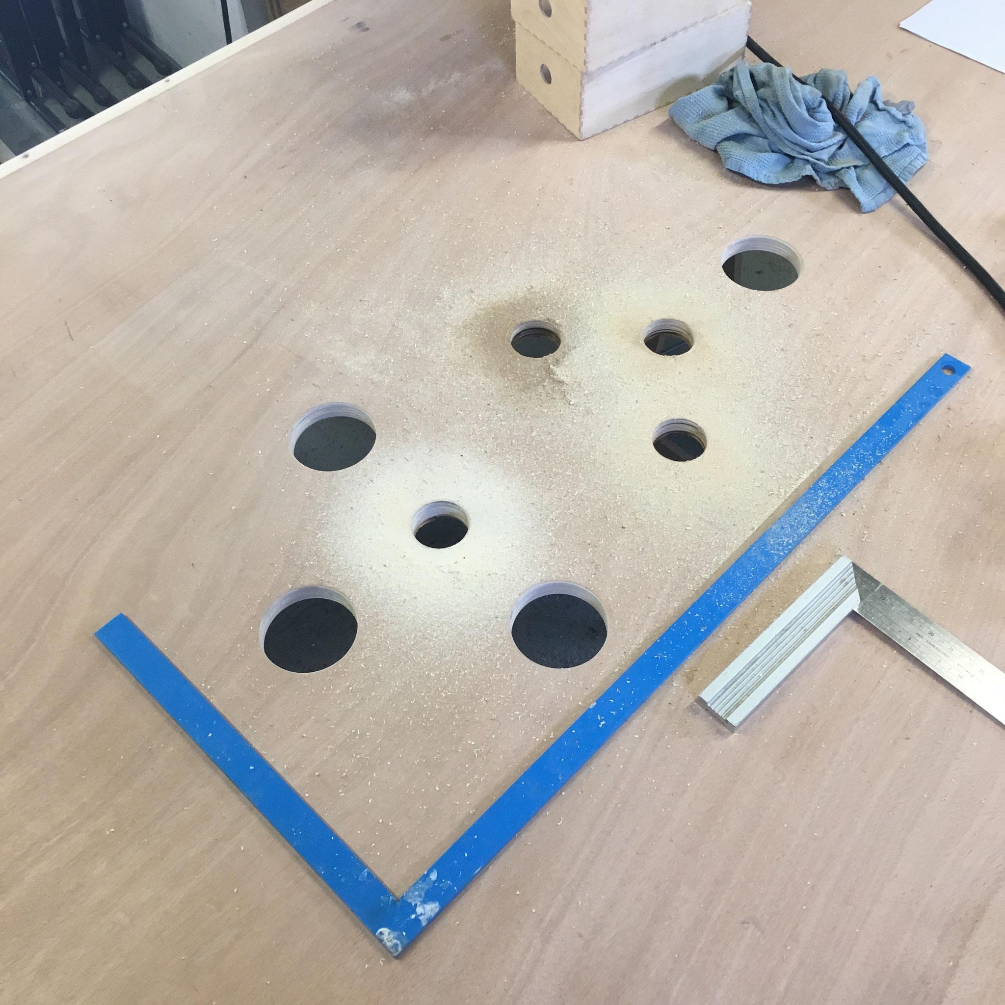 percement du plateau pour pouvoir installer les bras de micros et les lampes