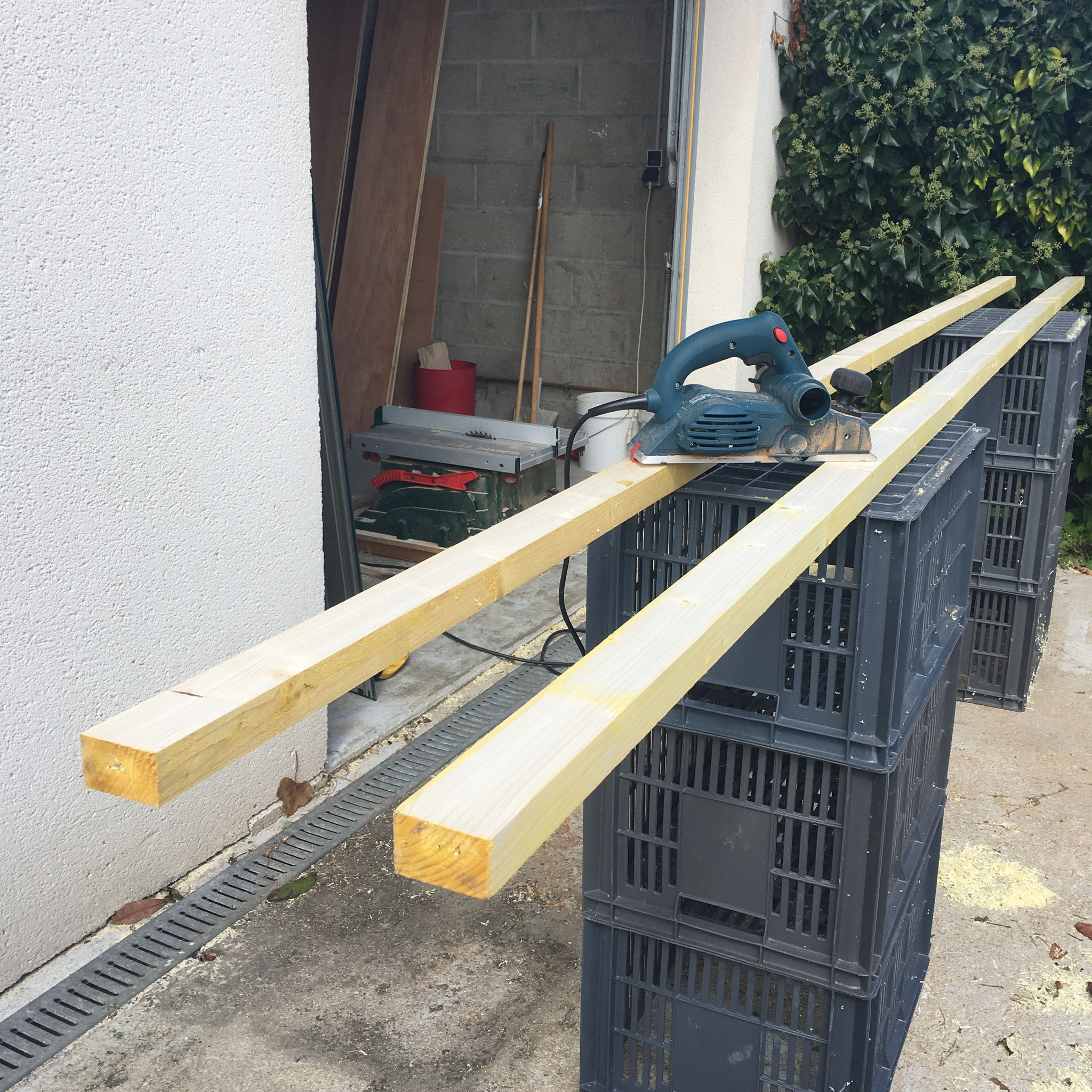 rabotage de bois brut pour la réalisation des profils de bords du plateau