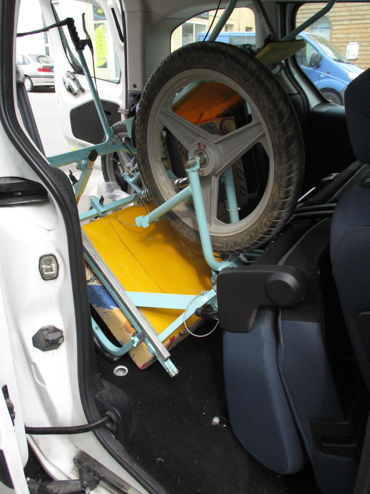 """2 Joëlettes (non pliées) dans un véhicule type """"Kangoo"""" vue sur le côté du véhicule"""