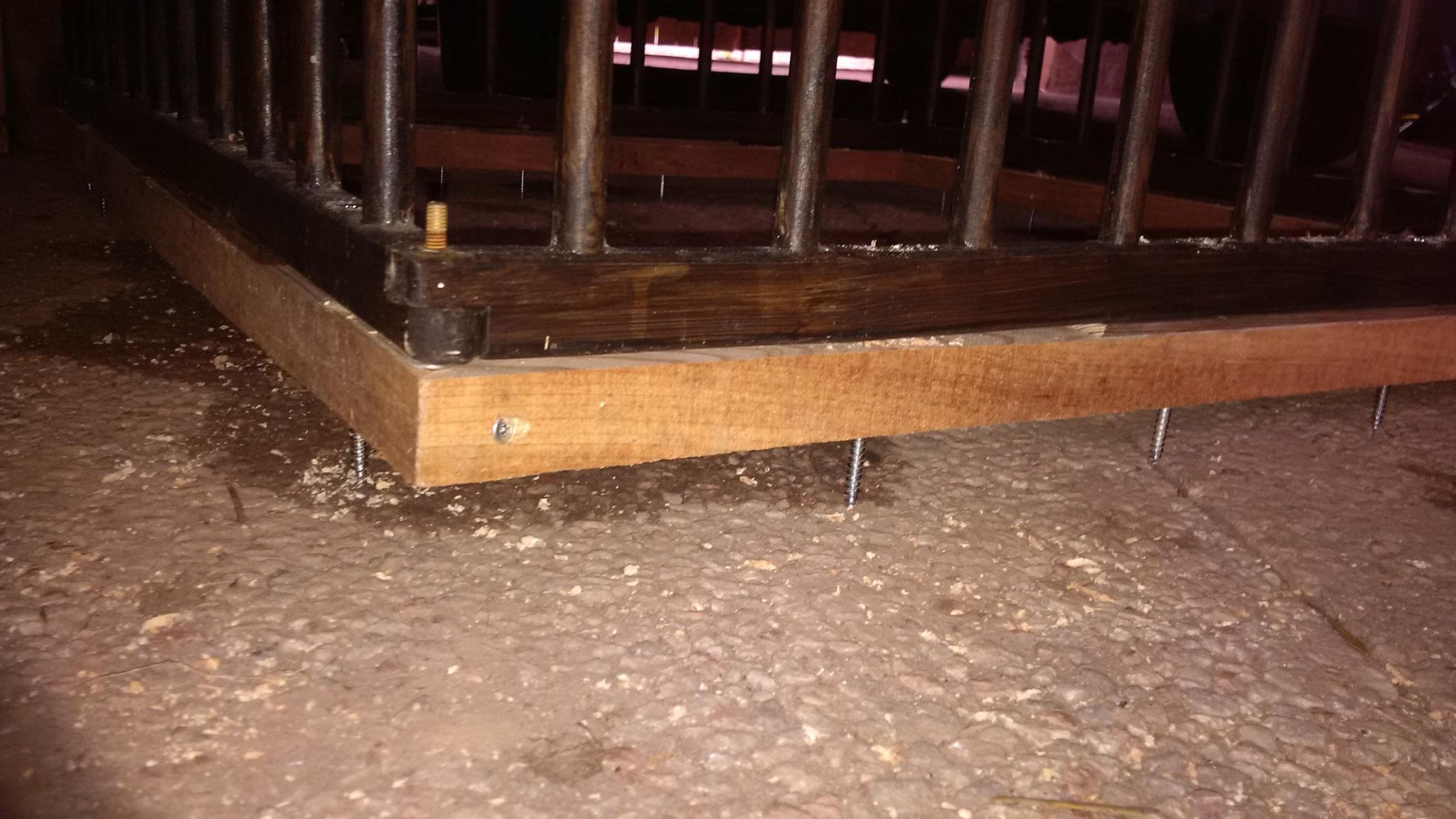 """Von oben her einige Schrauben durch beides gebohrt, um den """"Laufstall"""" gegen Verrutschen sichern zu können."""