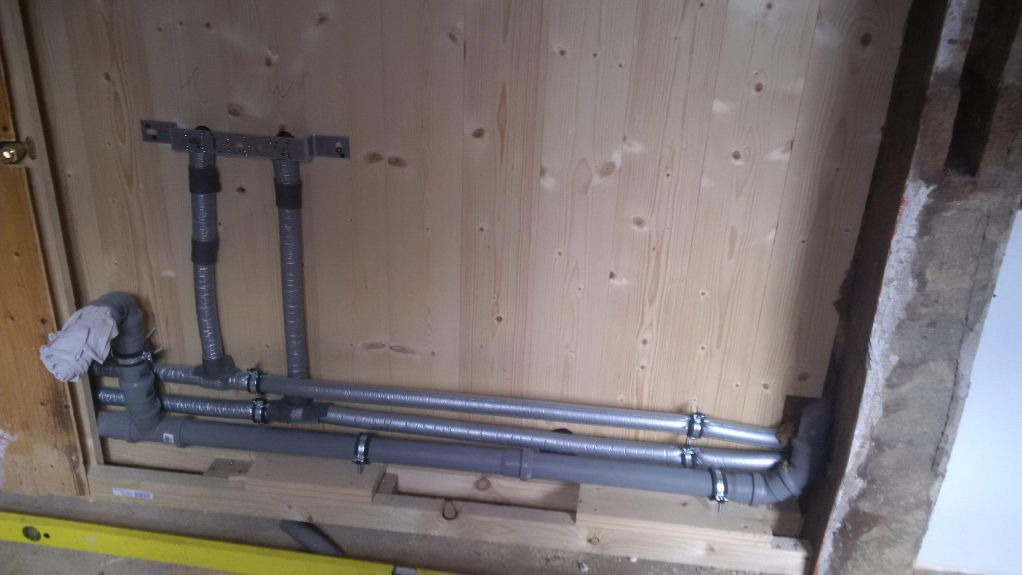 In der Wand zum HWR liegen die Rohrleitungen und Anschlüsse von Wanne (Bad), Waschmachine (HWR) und Spülbecken (Küche).