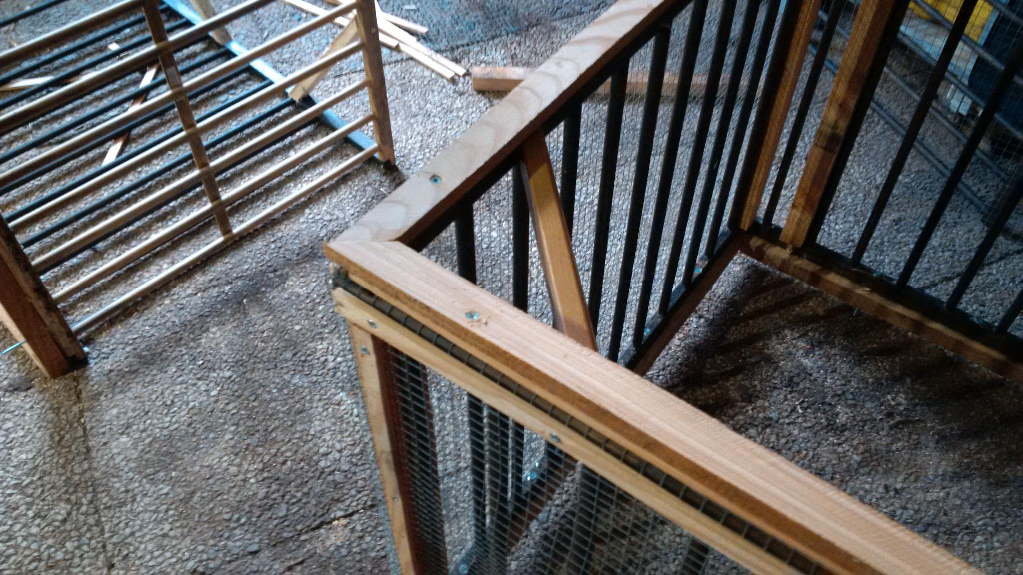 Danach auch von oben her noch ein Rahmen drauf, damit der Deckel passed schließen kann.