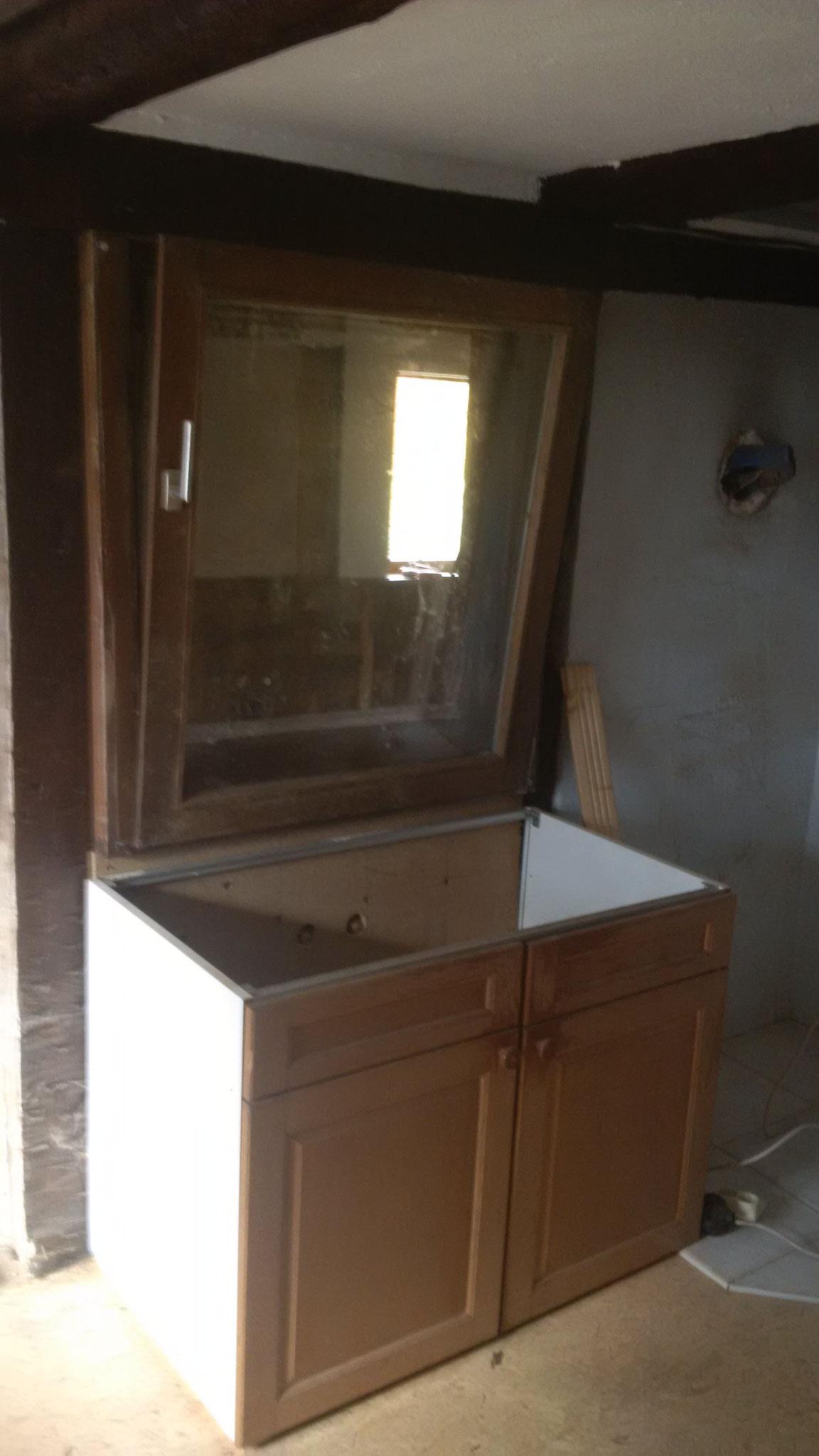 Fenster? Von Küche zum Bad? Ja. So kann mit einem Ofen sowohl die Küche, als auch das Bad beheizt werden. Und die Querlüftung macht eine schnellere Entfeuchtung nach dem Baden / Duschen möglich.