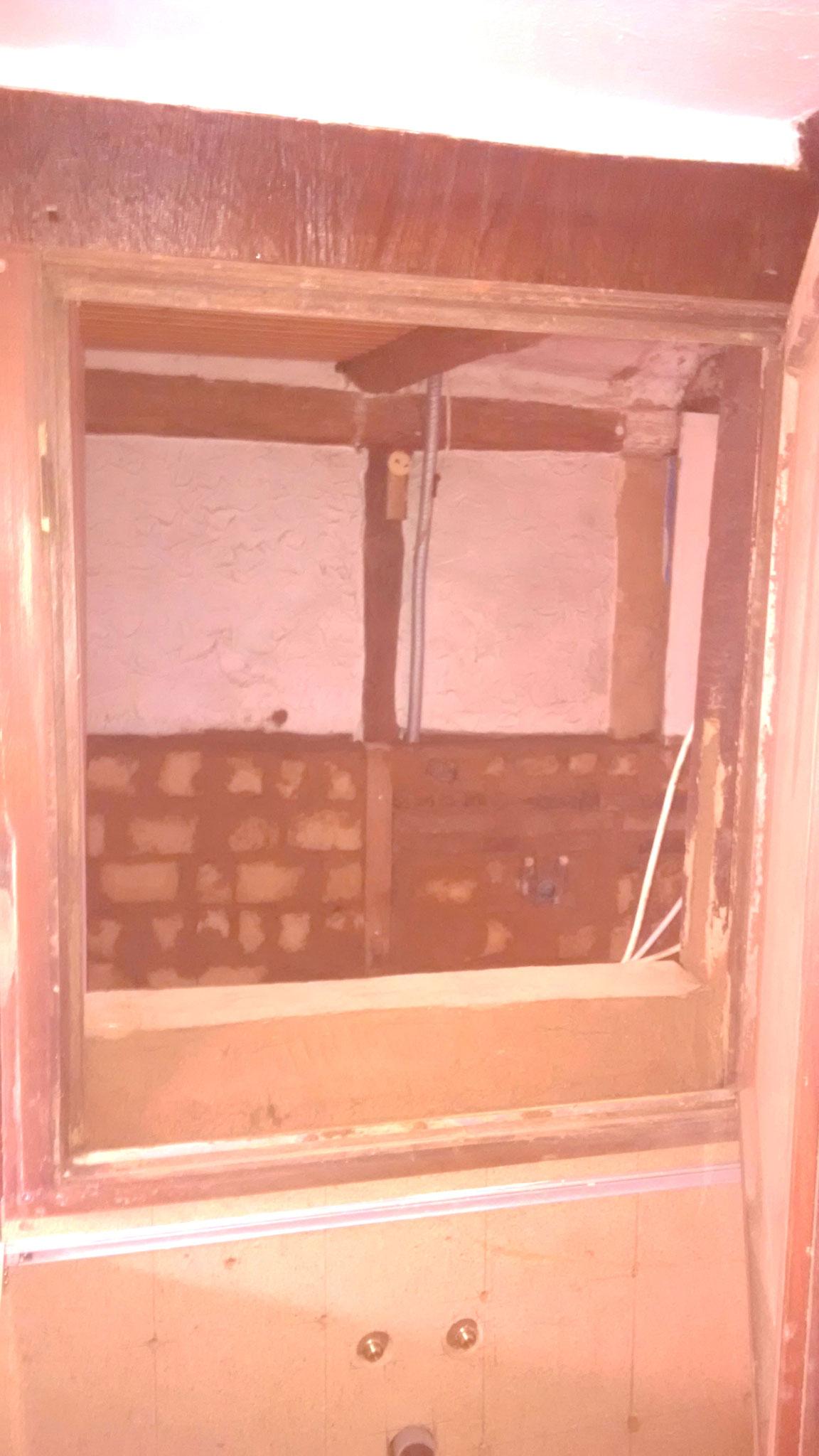 Ein foto von der Küche aus, durch das neu entstandene Fenster, ins Bad.