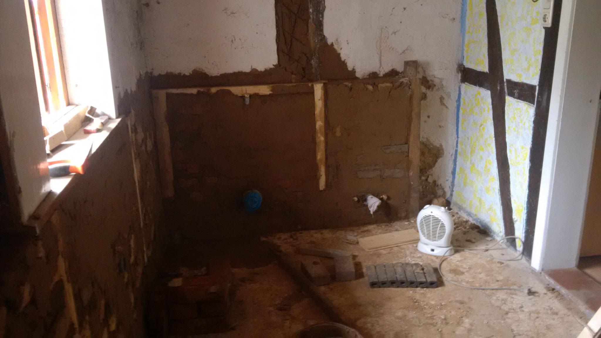Die in den letzten Tagen entstandene Abmauerung im Bad. Hier werden WC und Bidet Platz finden.