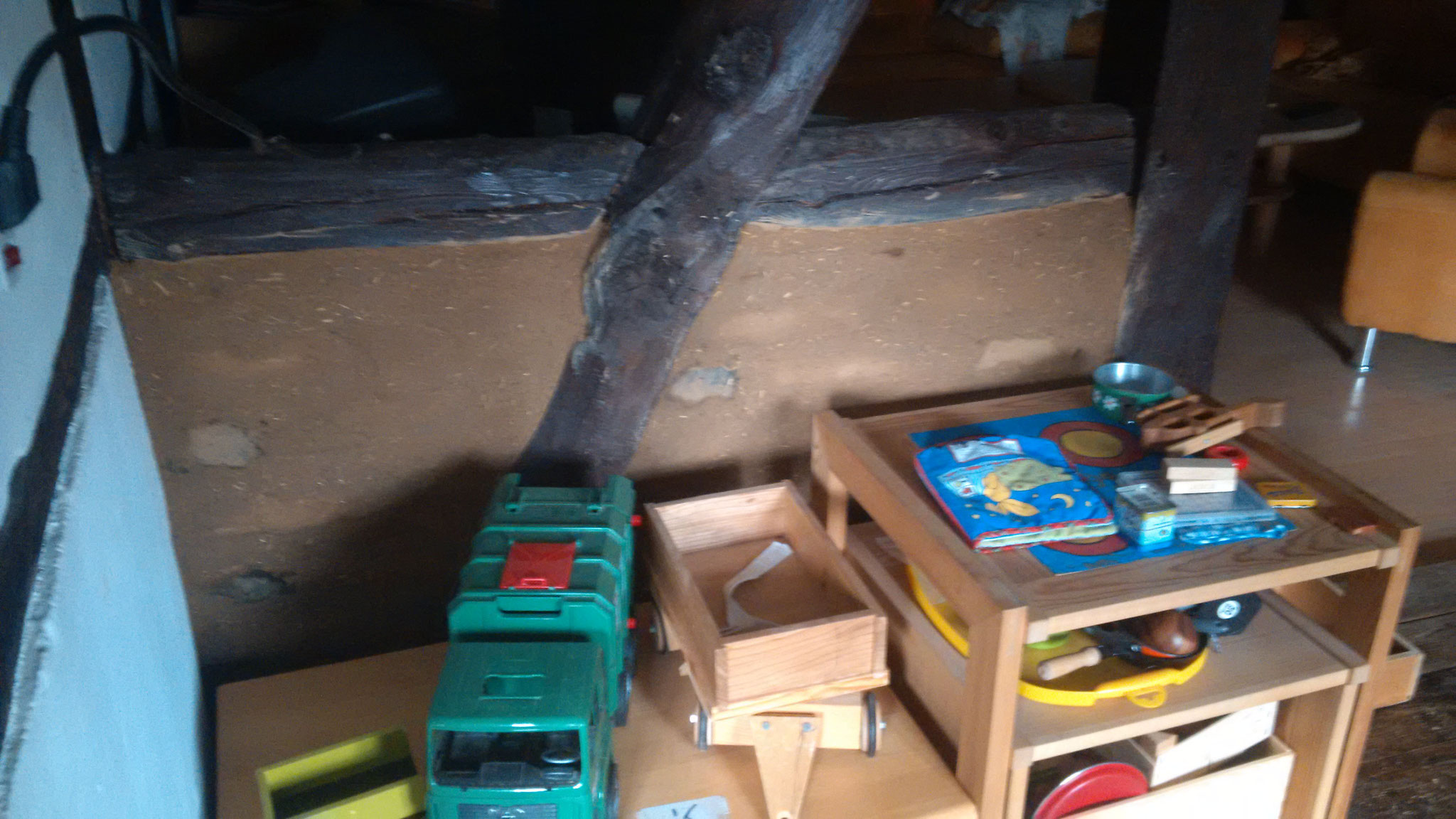 Zwischen dem Wohn- und Spielbereich wurden die Gewerke zum boden hin zugemauert und verputzt. Hier der Teil im linken Bereich...