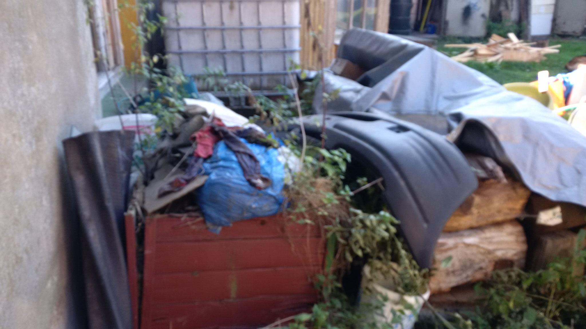 Unter dem Müll hier steht noch eine Badewanne.