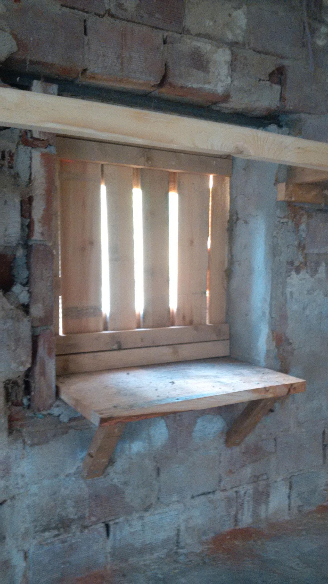 Eine Glasscheibe wird die Bretter in Mitten der Tür noch ersetzen.