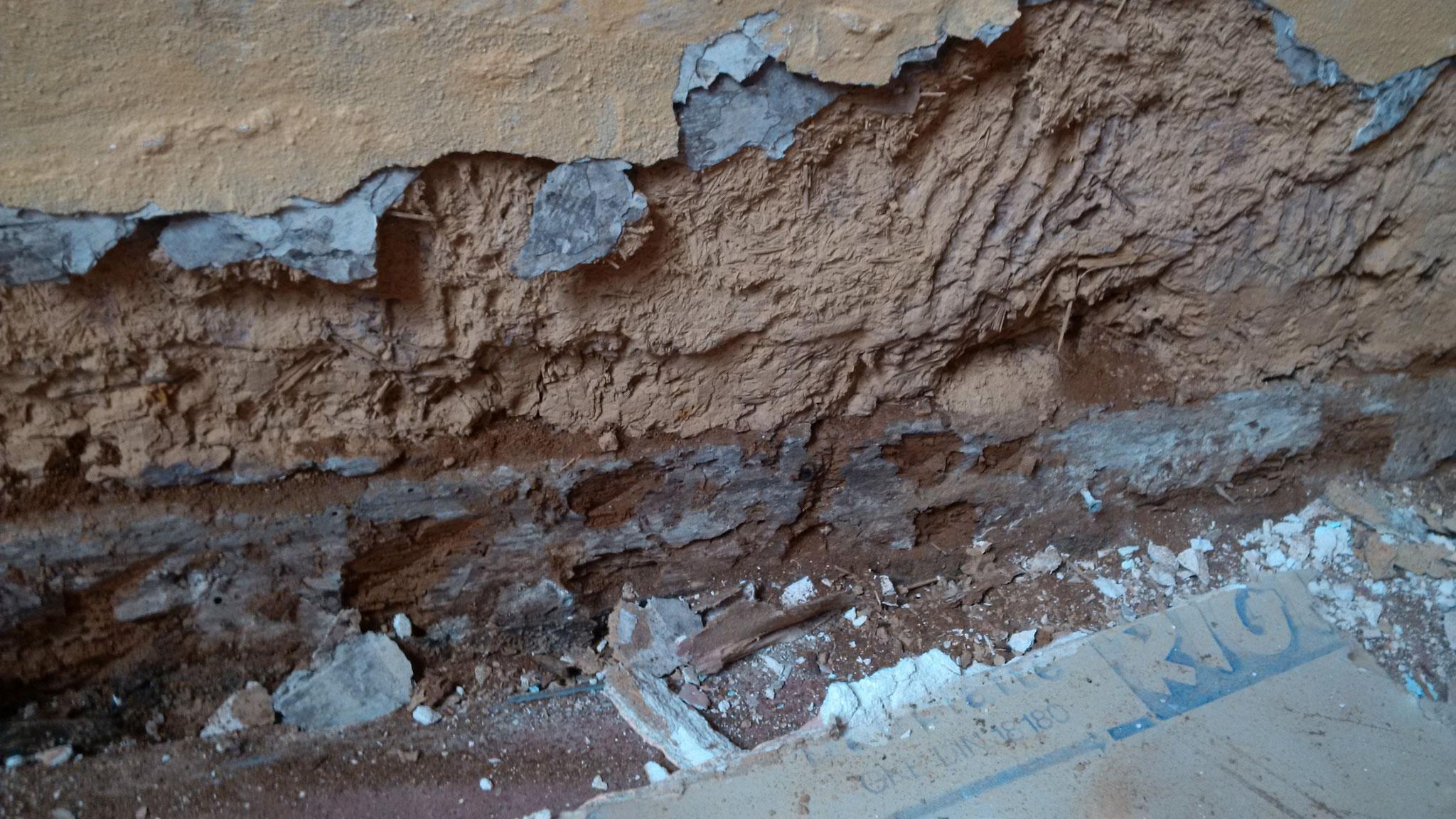 """Der Keller wurde inzwsichen """"trocken"""" gelegt. Die Fensterschächte waren wohl um 1940 zugeschüttet worden. Und wenn dann noch die Auénwände bis oben hin mit Erde  zugeschüttet wurden und die Zwischendecke zum EG hin mit Teerpappe abgedichtet wurde, da rott"""