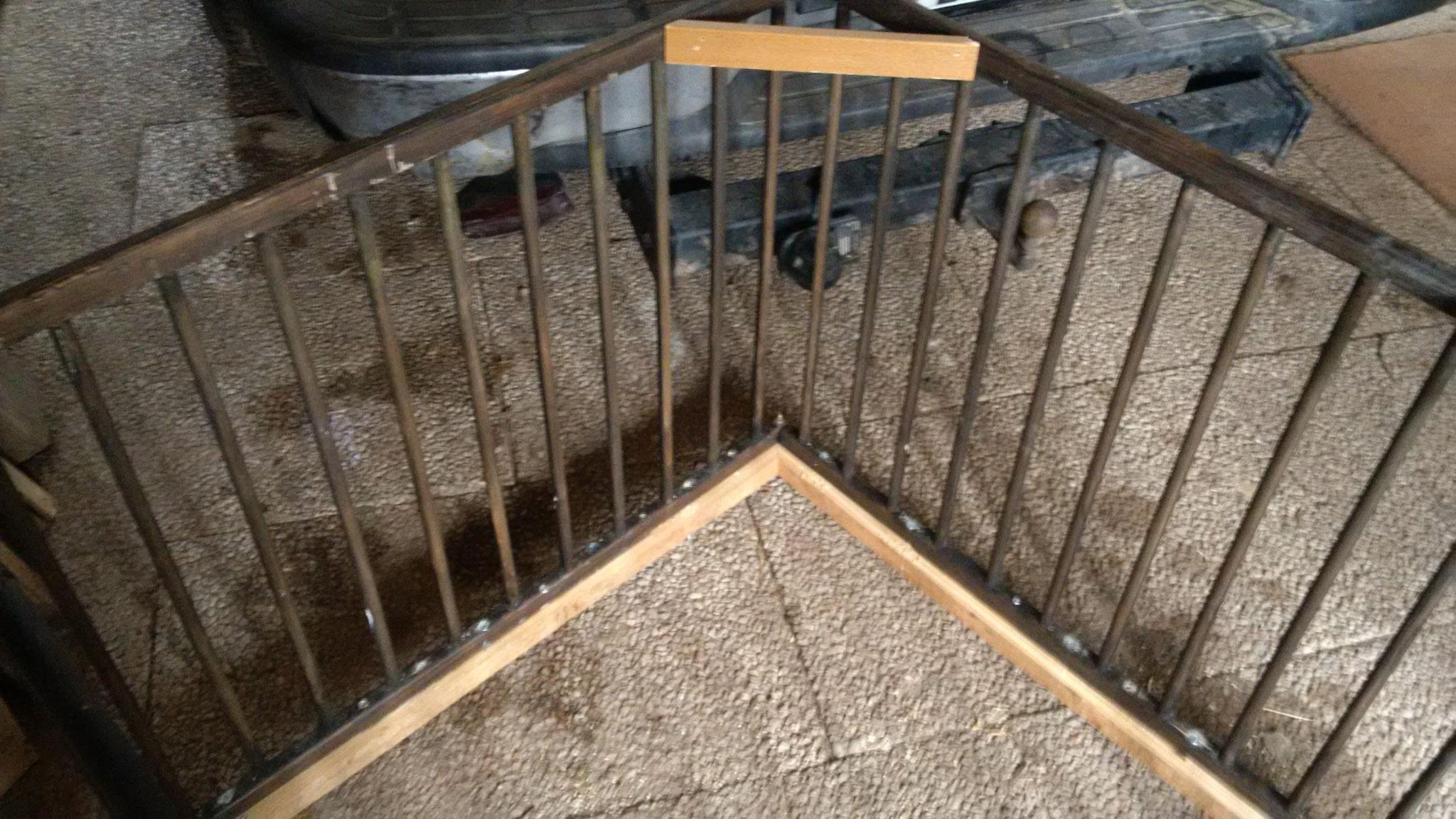 Danach wurde ein Rahmen aus Lärcheholz von unten her an den Laufstall geschraubt. Verstrebungen machen das Ganze stabil.